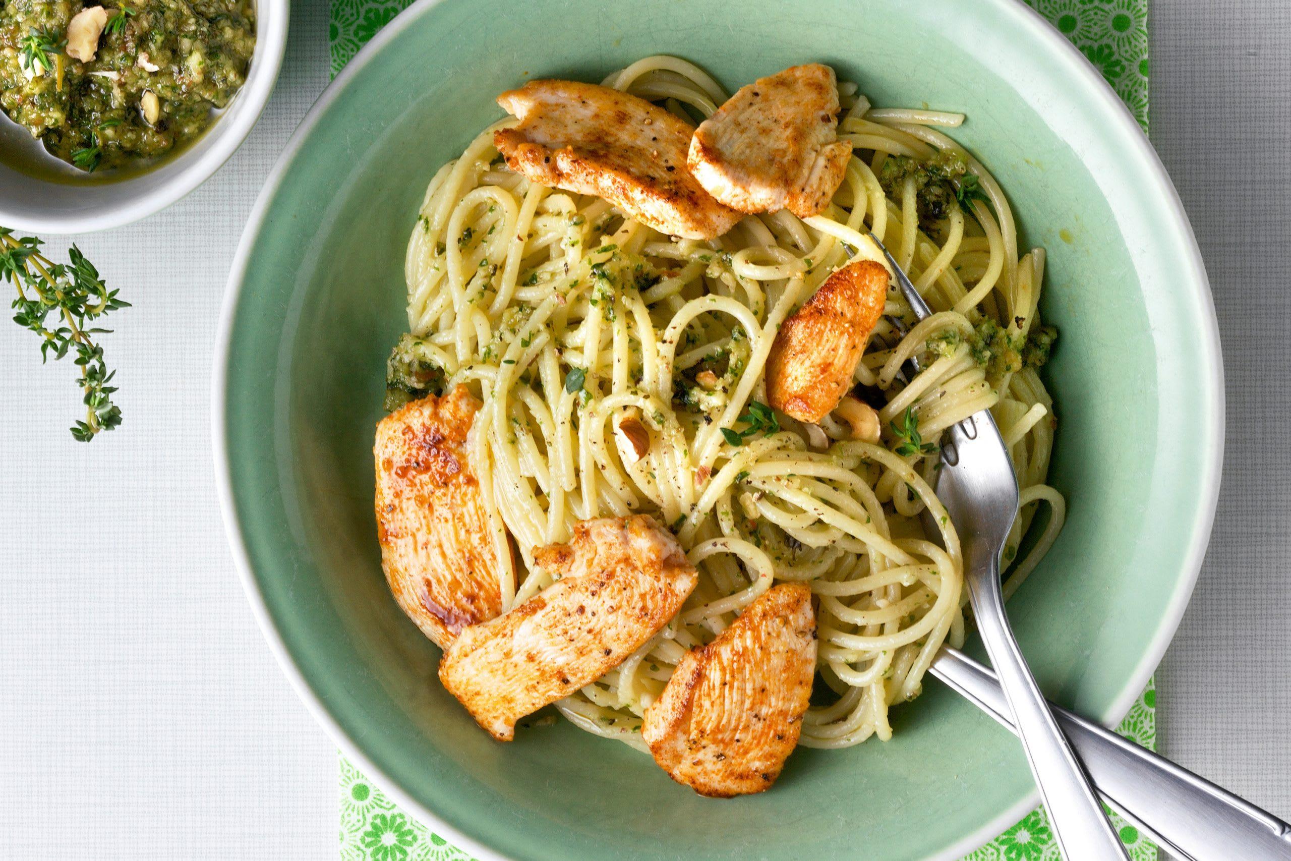 Spaghetti au pesto aux herbes et aux noisettes et poulet