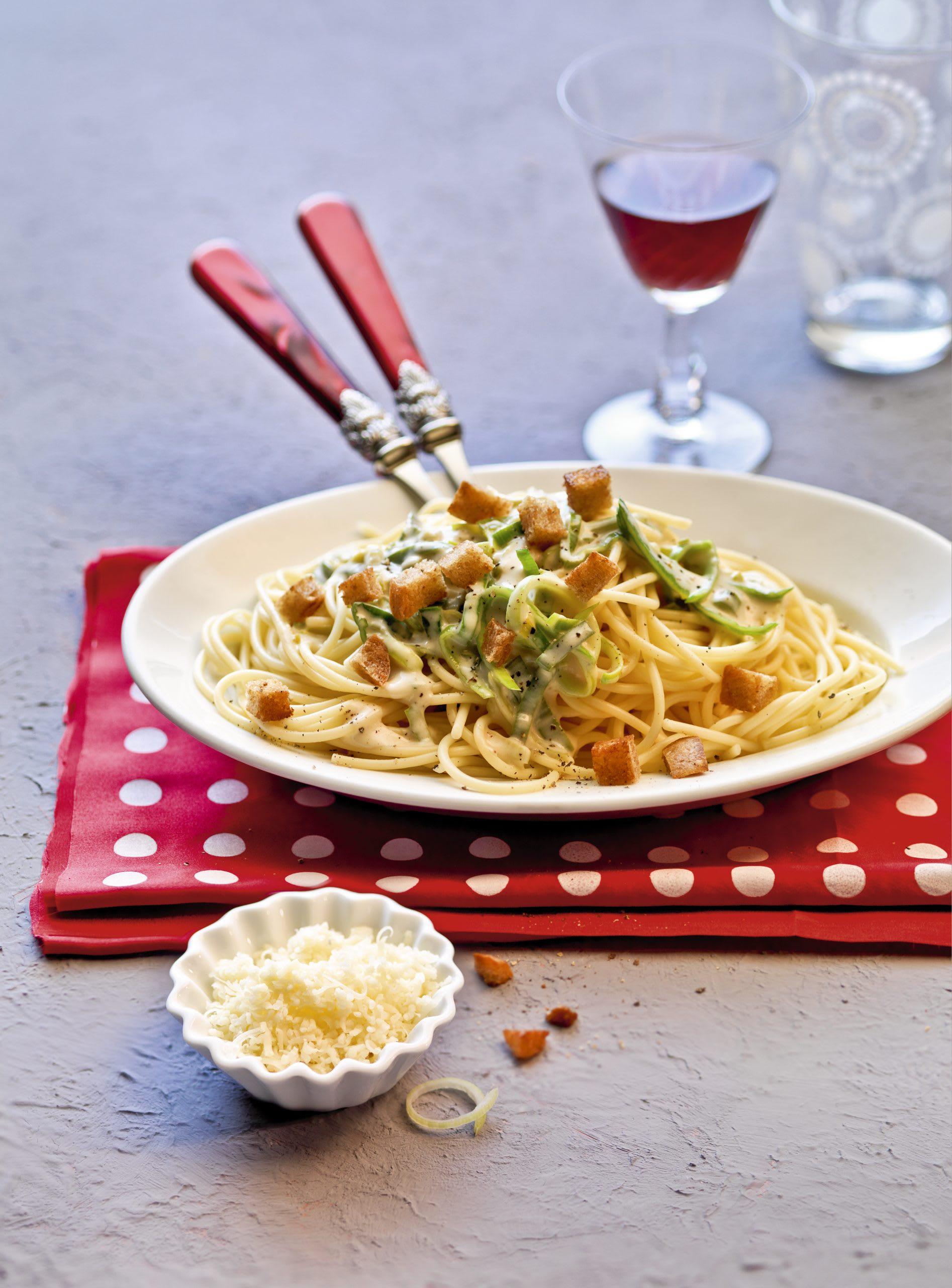 Spaghetti au fromage, au poireau et aux croûtons