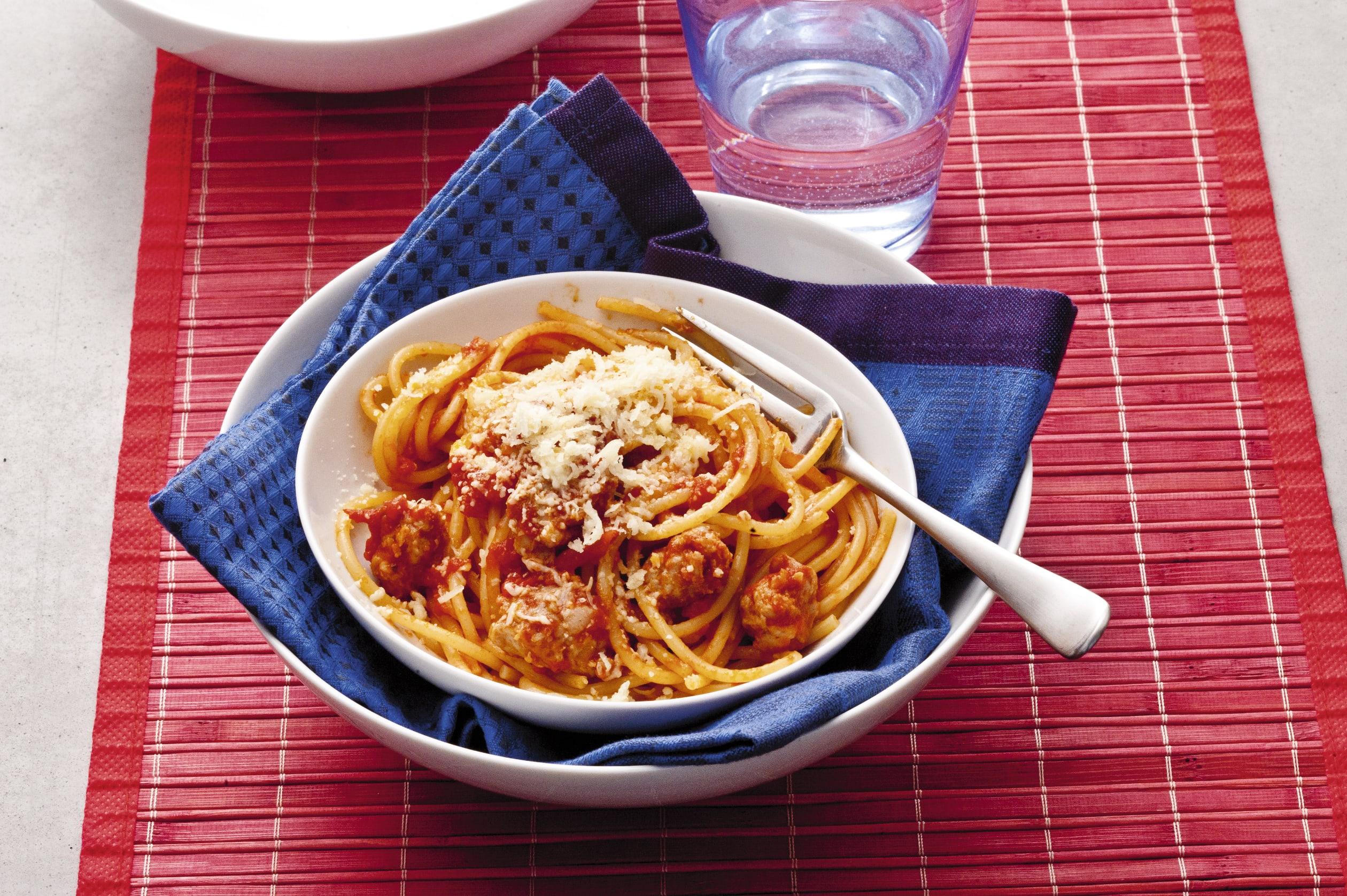 Spaghetti mit Schweinswurst-Sugo