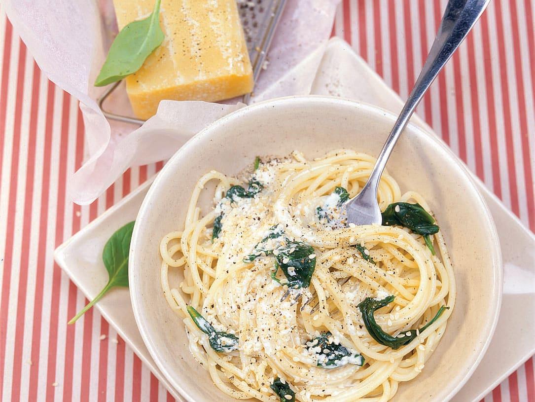 Spaghettis aux pousses d'épinards et sauce sésame