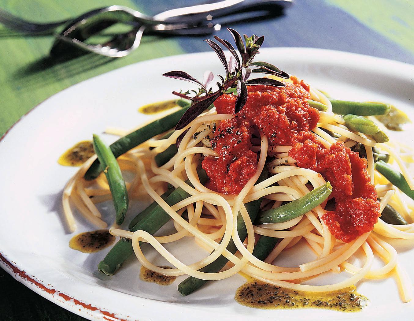 Spaghetti aux tomates et à l'huile de sarriette