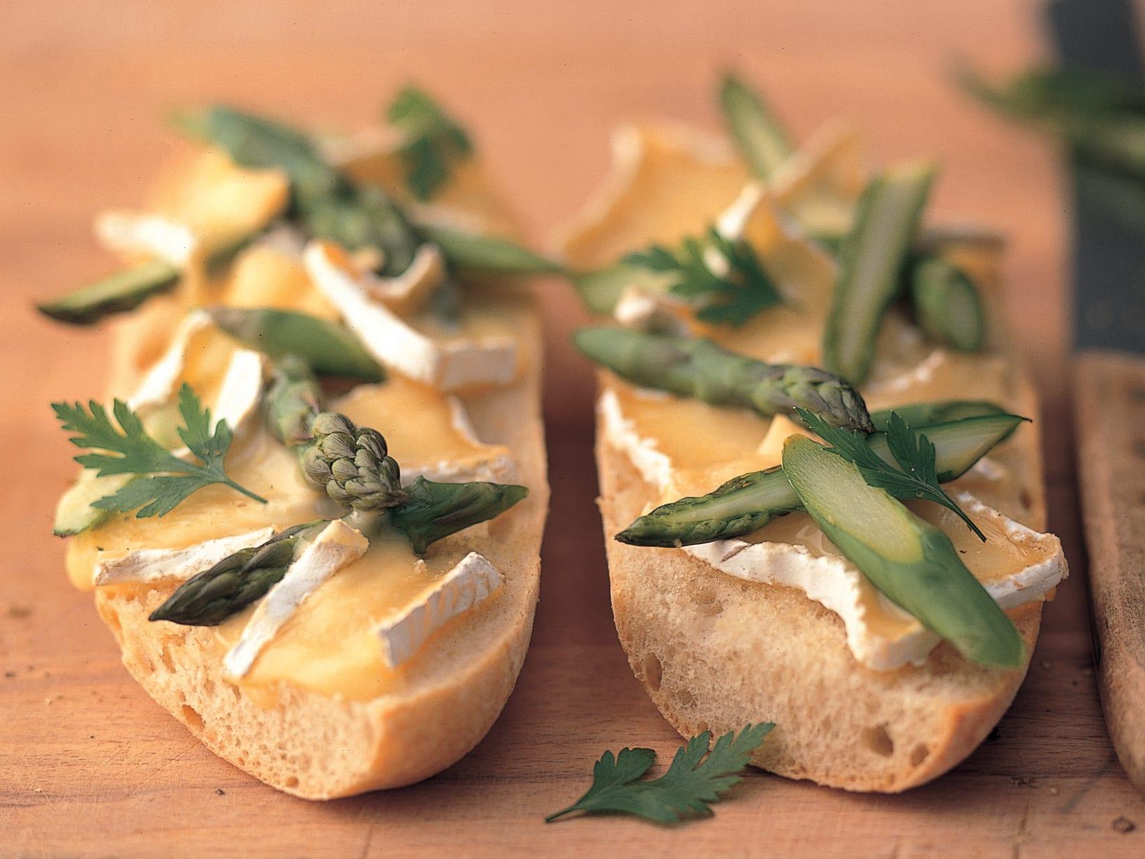 Spargel-Brie-Bruschetta