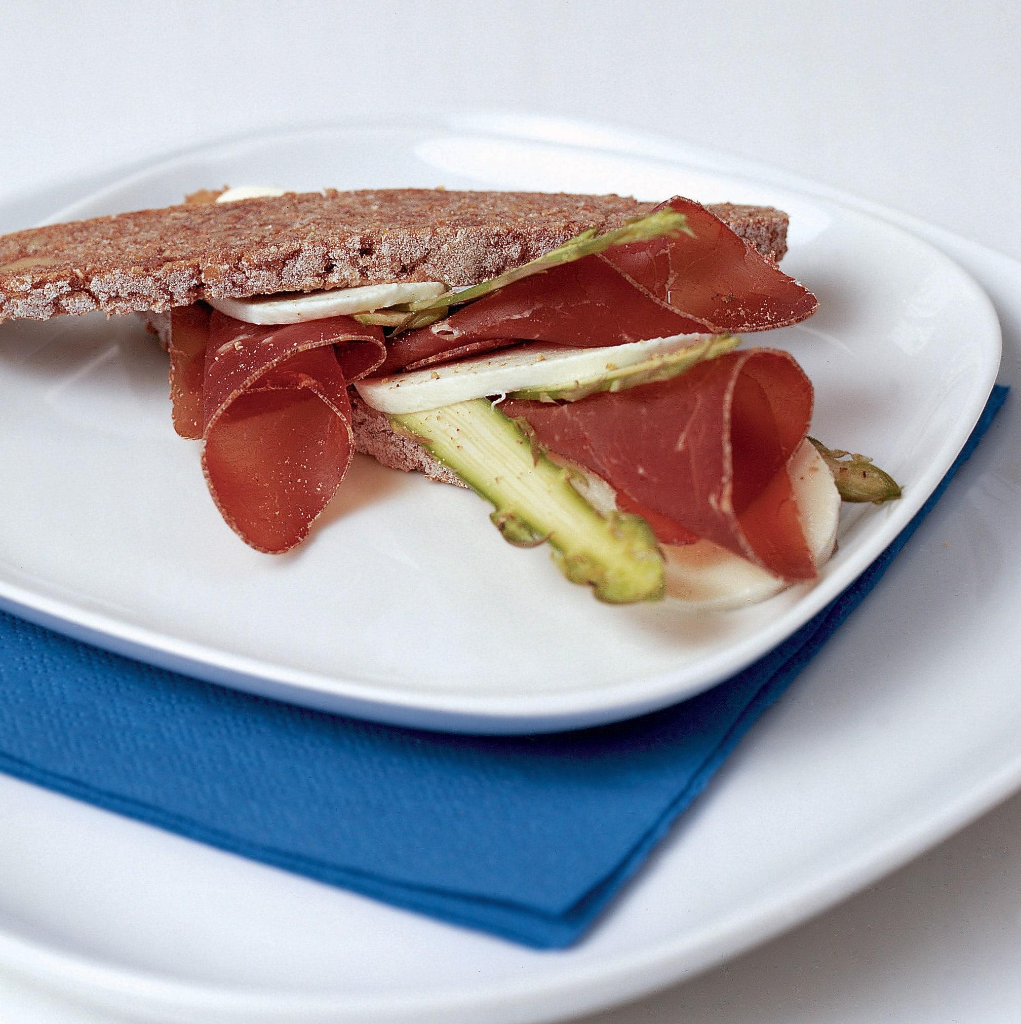 Sandwich aux asperges, à la mozzarella et à la viande séchée