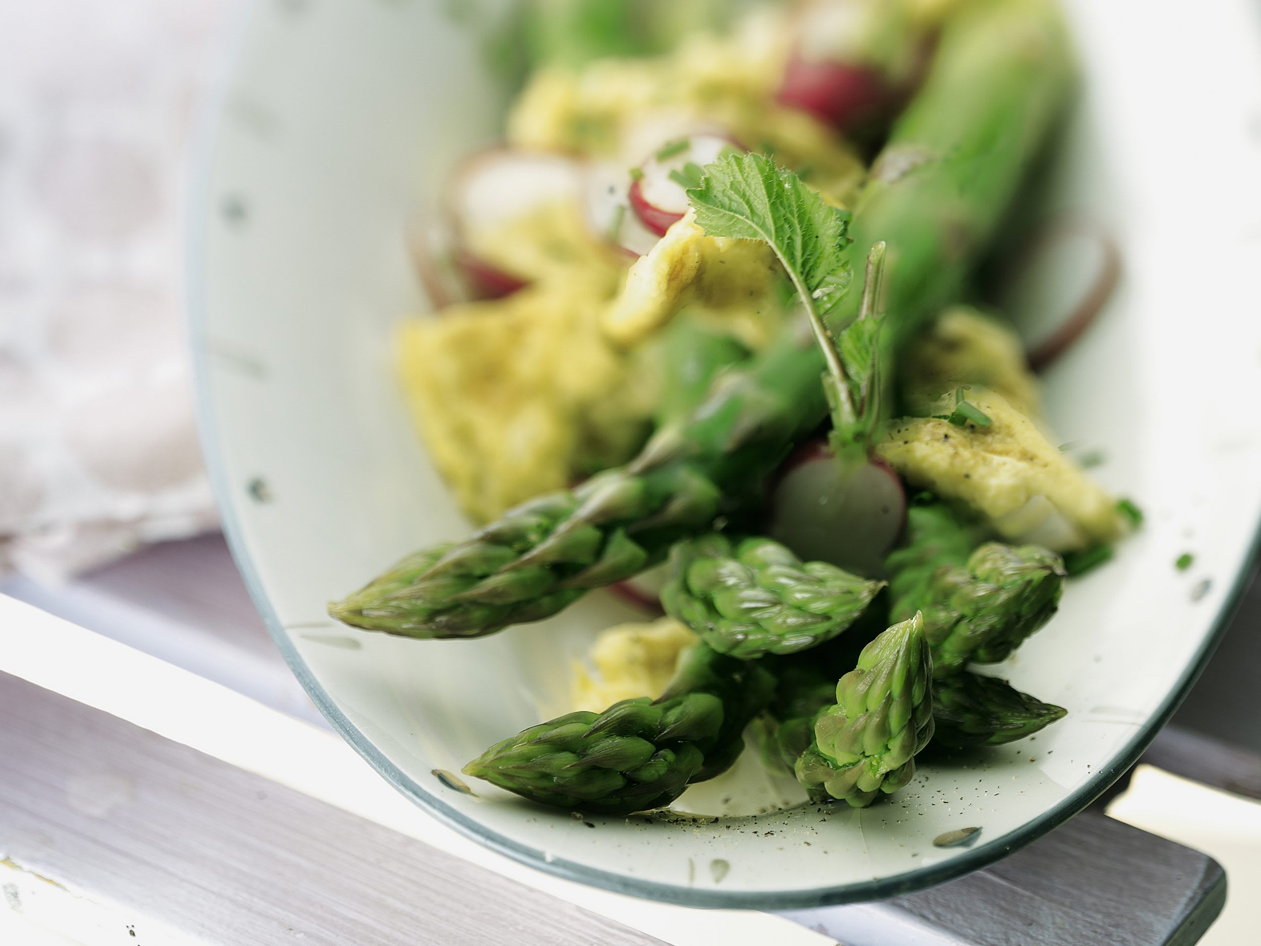 Spargel-Radieschen-Salat mit Rührei