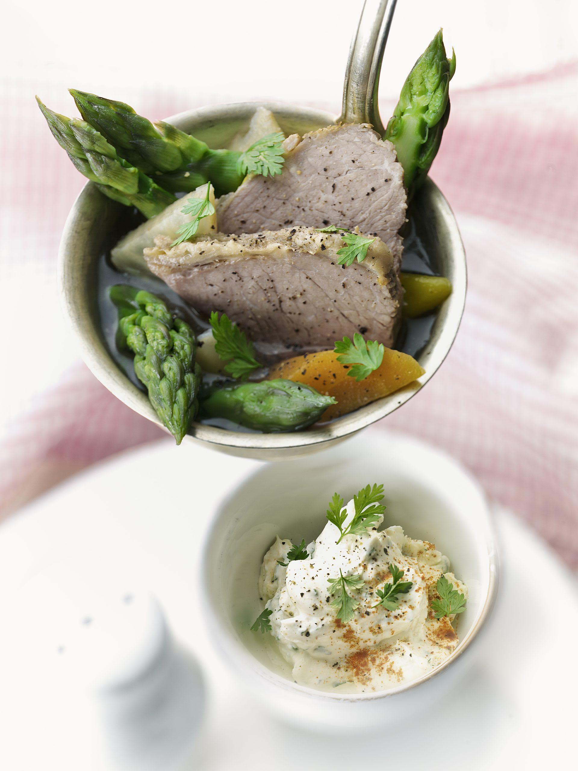 Spargel-Siedfleisch-Topf mit Dip
