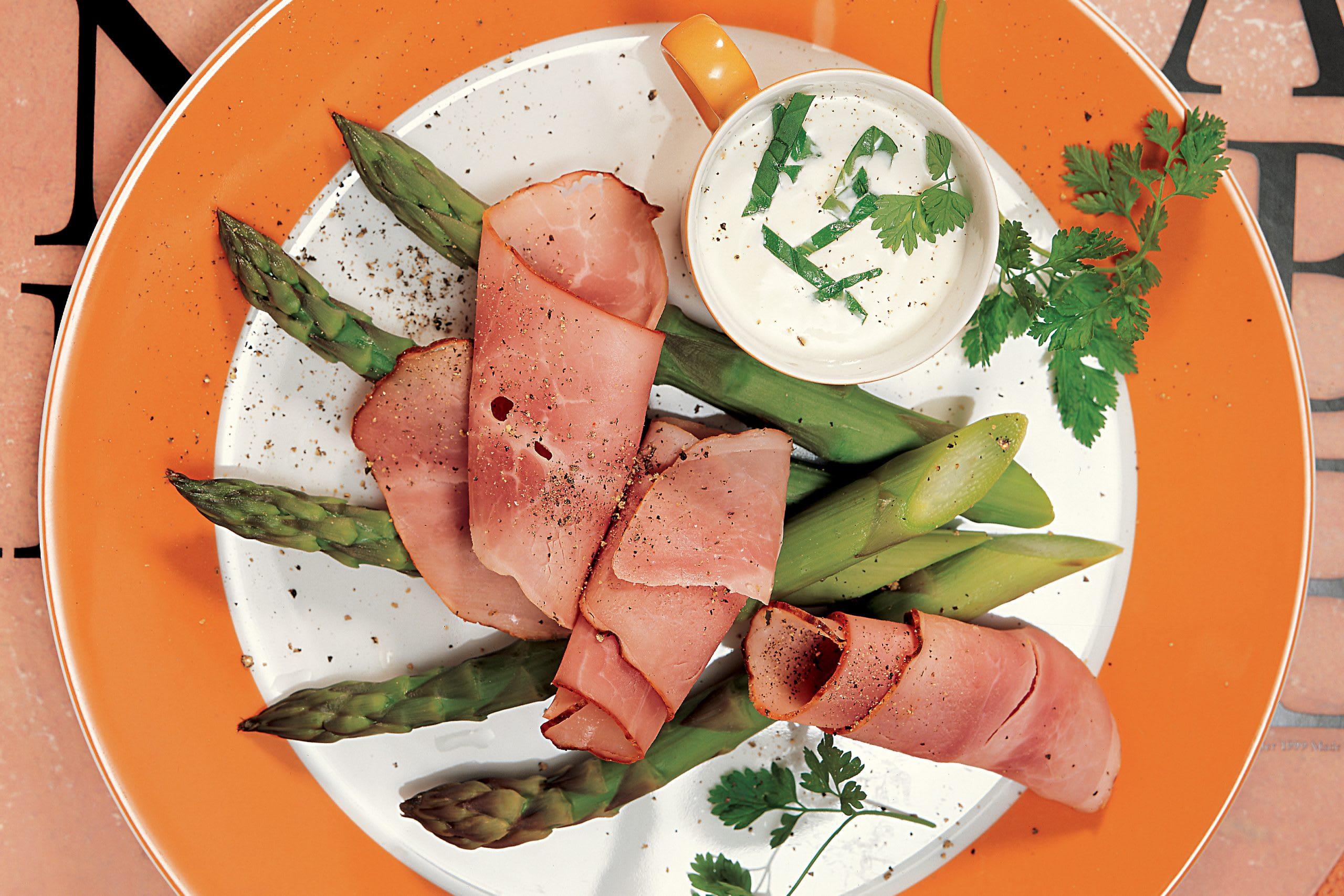Spargeln mit Ofenbraten und Joghurtdip