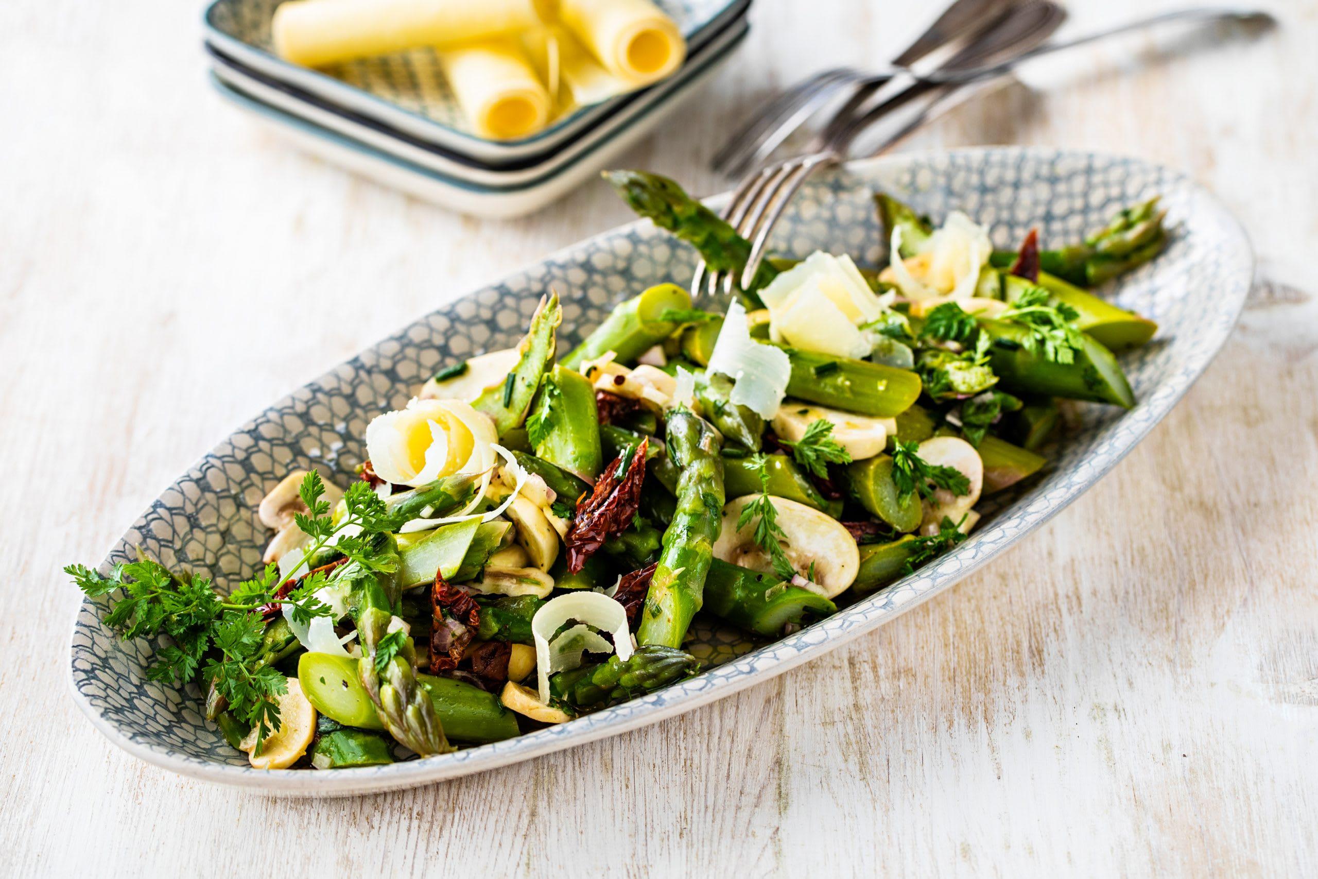 Salade d'asperges aux champignons et aux tomates séchées