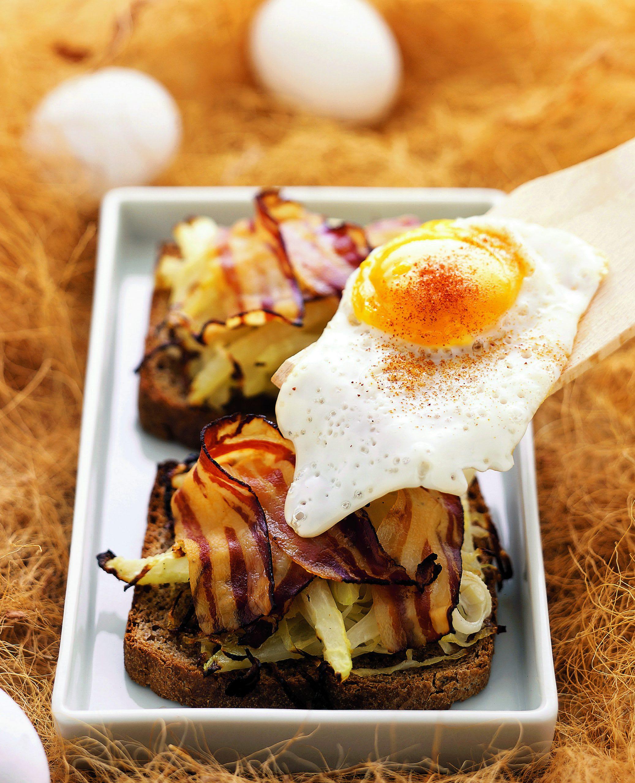 Toast aux légumes et au lard avec oeuf au plat