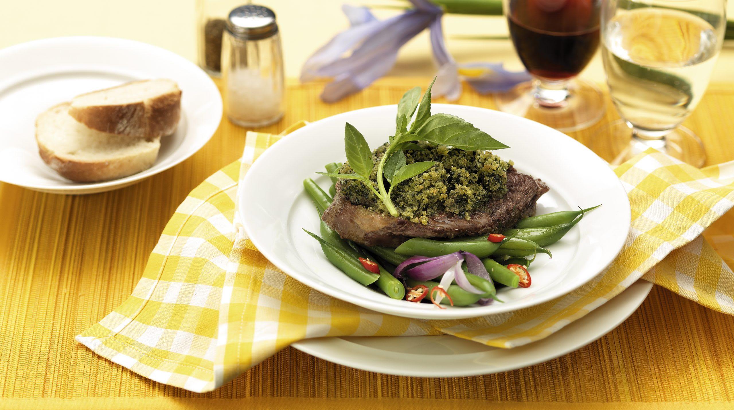 Steaks en croûte de basilic et haricots pimentés