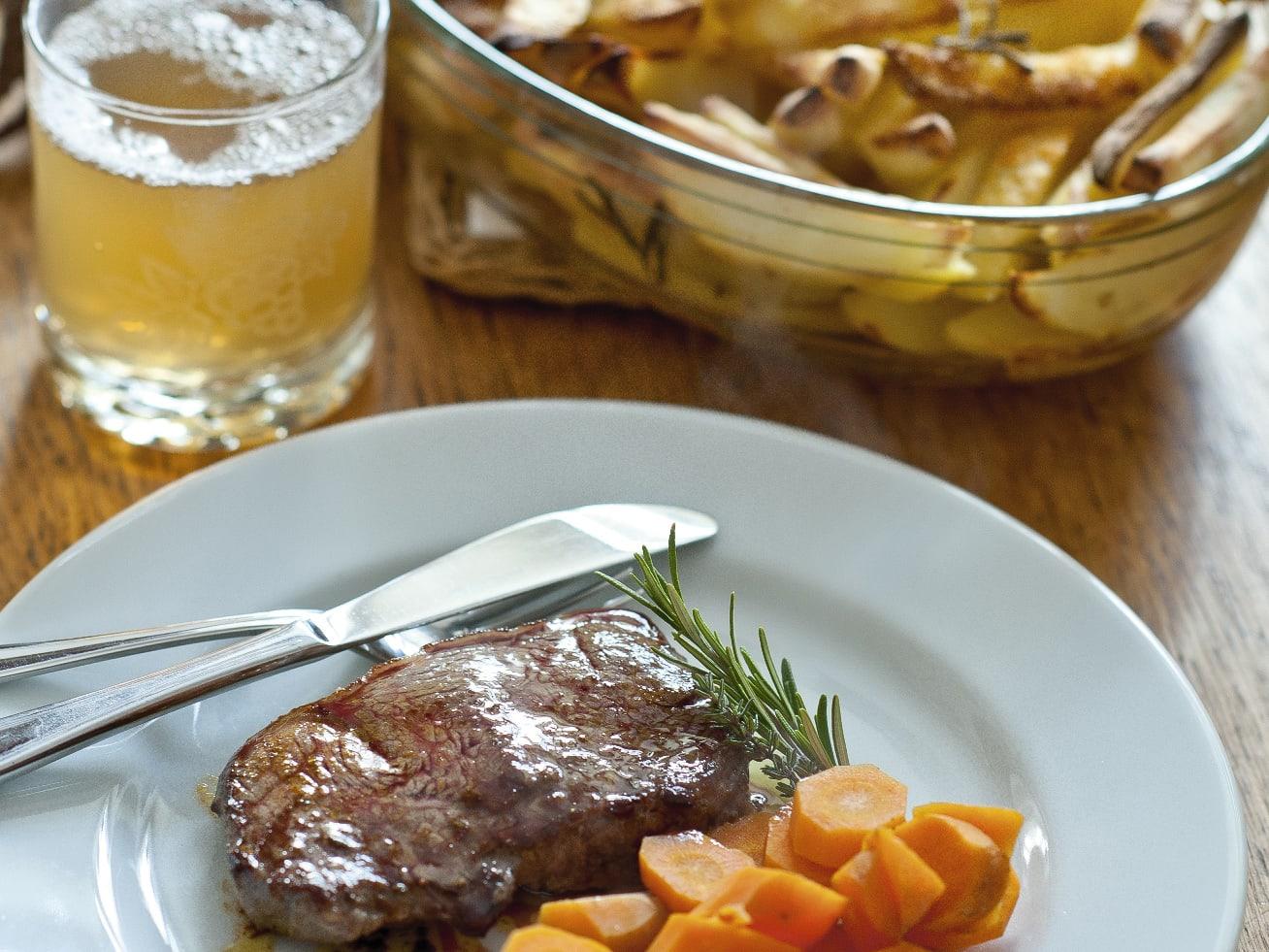 Steaks, carottes et pommes de terre au romarin