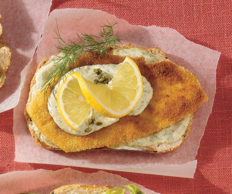 Stegt fiskefilet, citronskive og remoulade (Smørrebrød mit gebratenem Fischfilet, Zitronenscheibe und Remoulade)