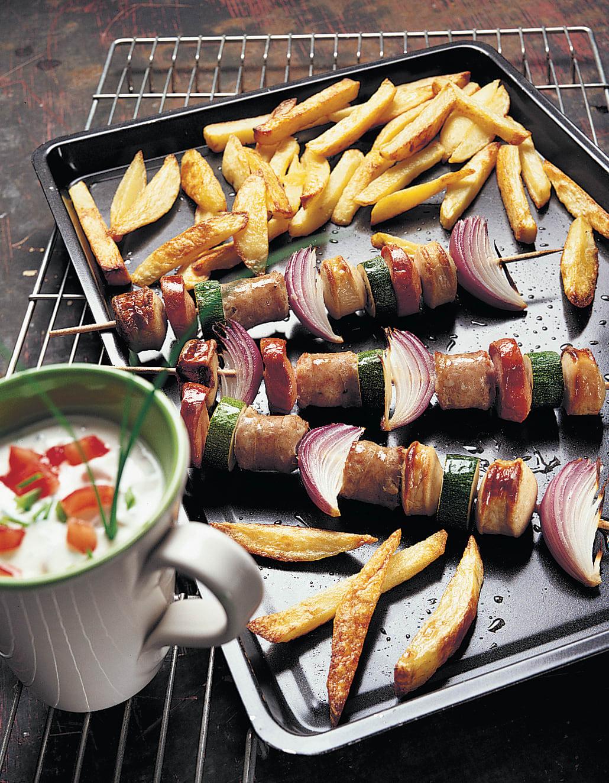 Brochettes saucisse-légumes avec frites au four et sauce au lait acidulé
