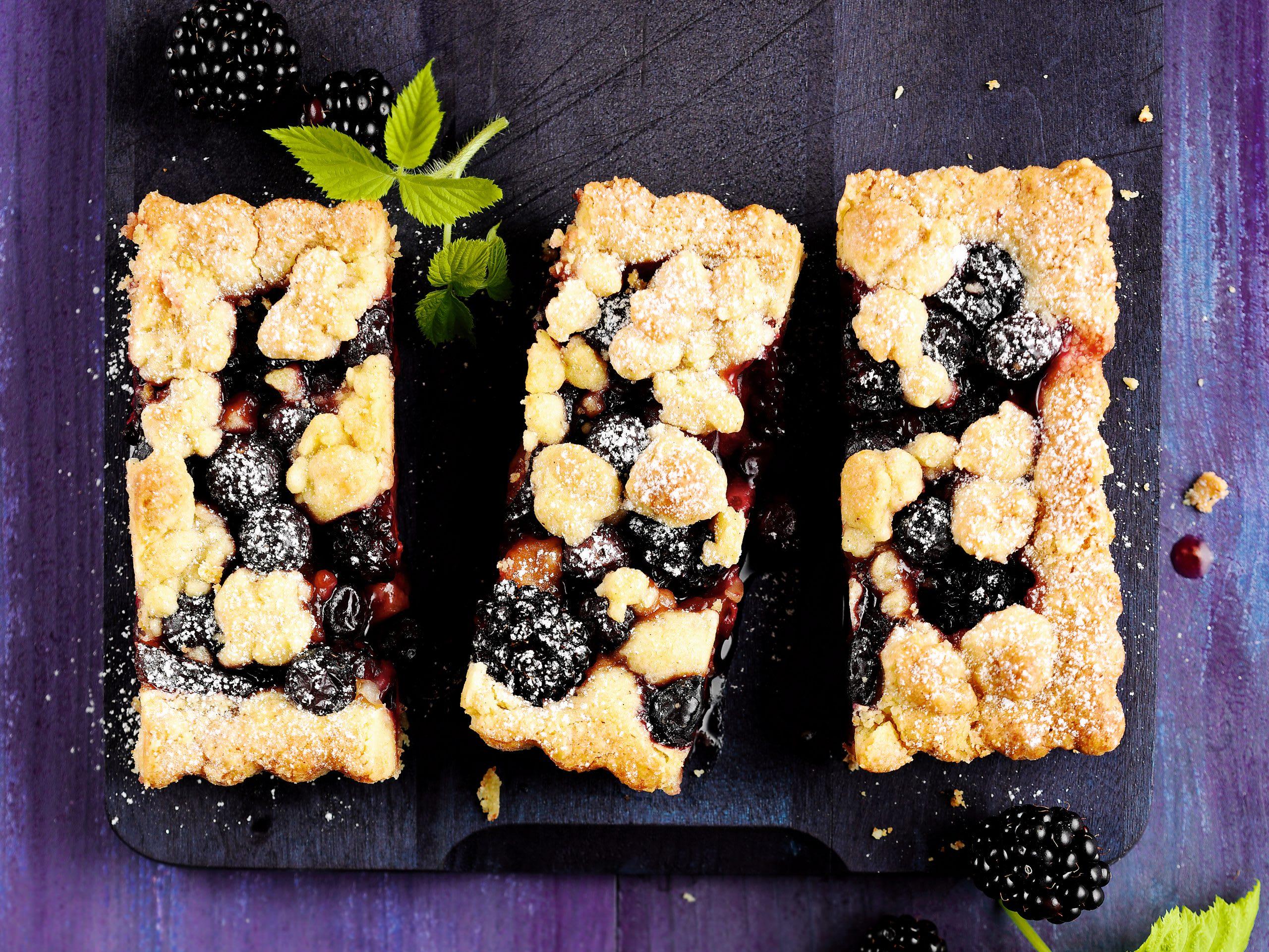 Streuselkuchen mit Beeren und Zwetschgen