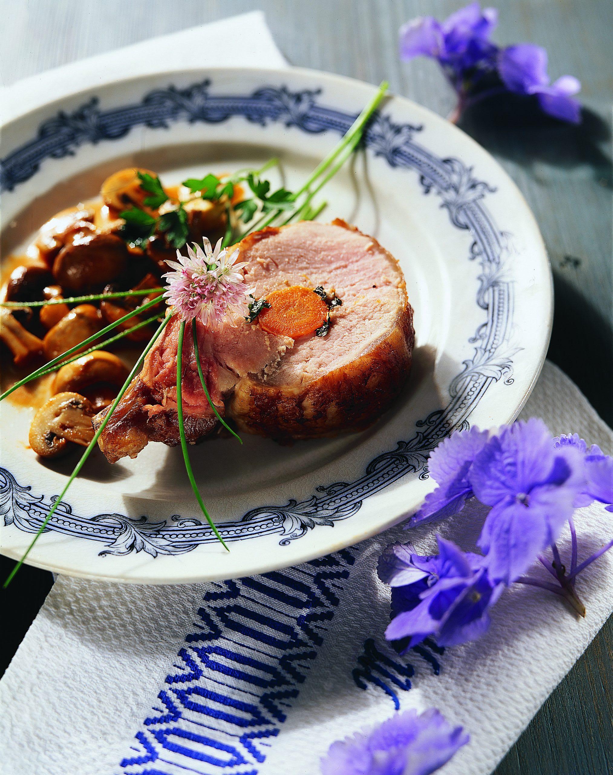 Svinjska pecenka na nacin visoko z gobicami (Schweinsbraten nach Visoko-Art mit Champignonsauce)