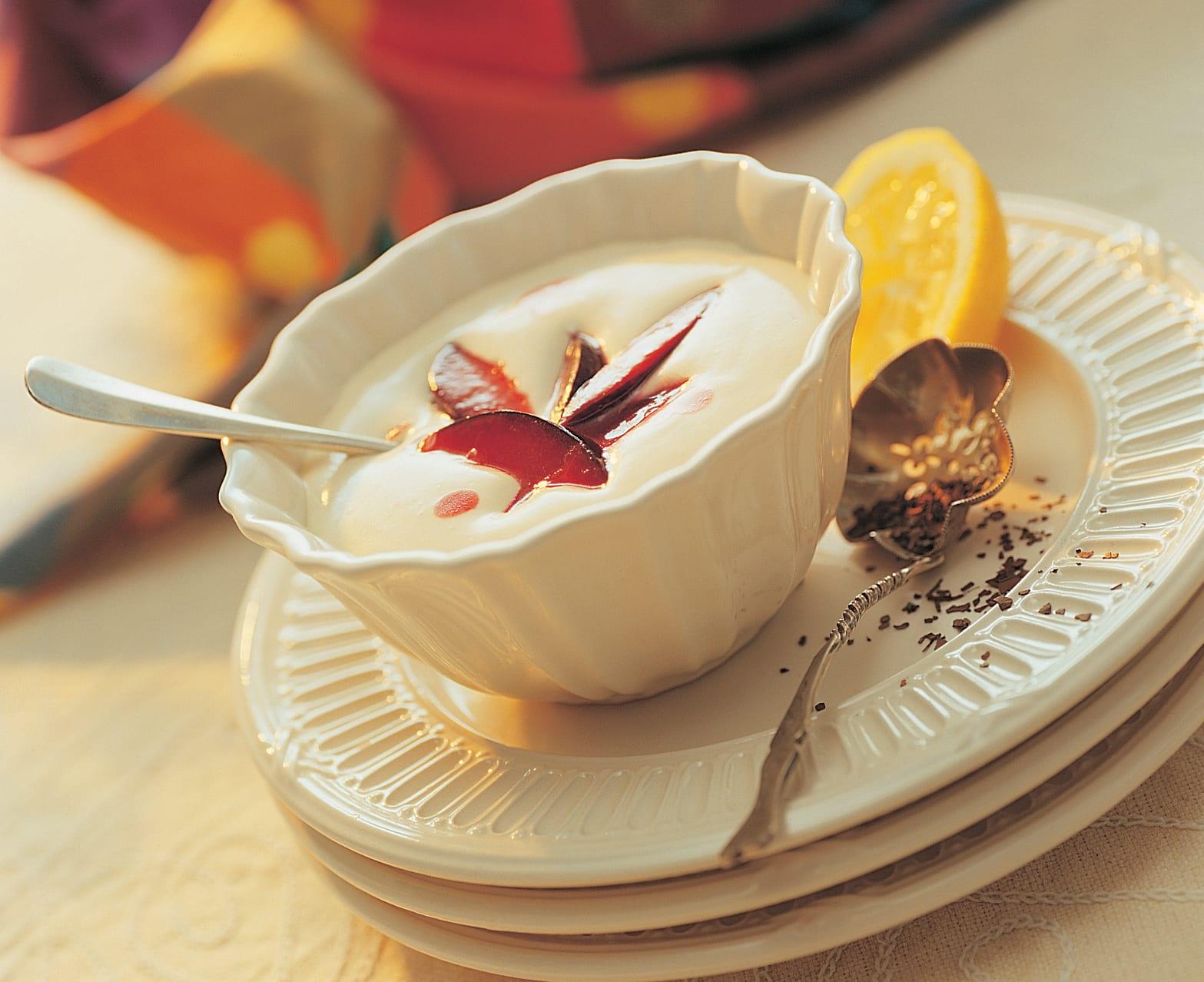 Tee-Creme mit Zwetschgen