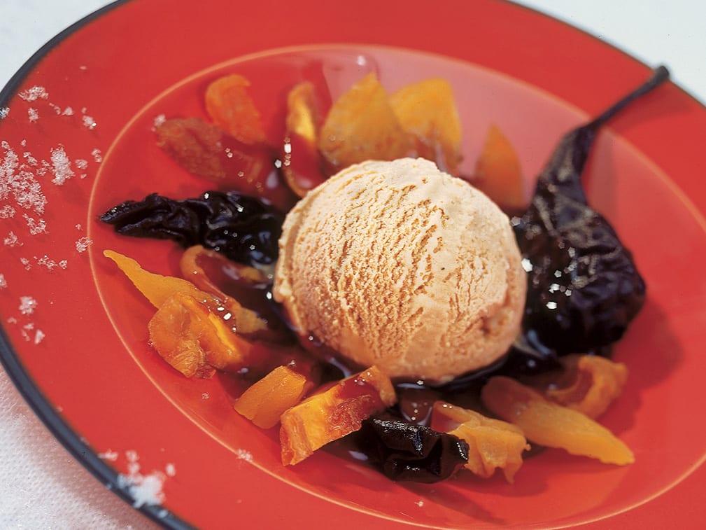 Crème glacée au thé sur compote de fruits secs