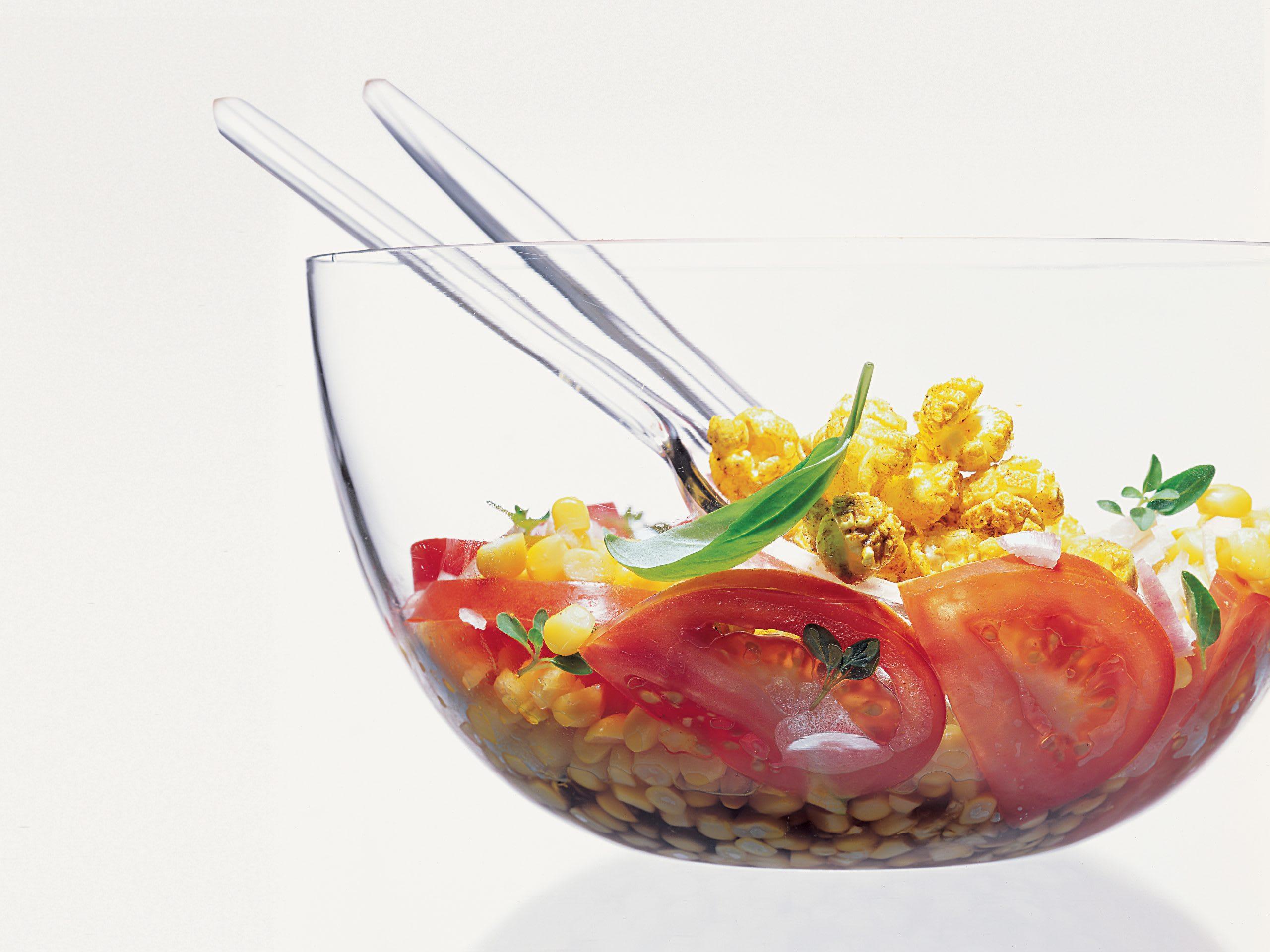 Salade de tomates au maïs et popcorn au curry