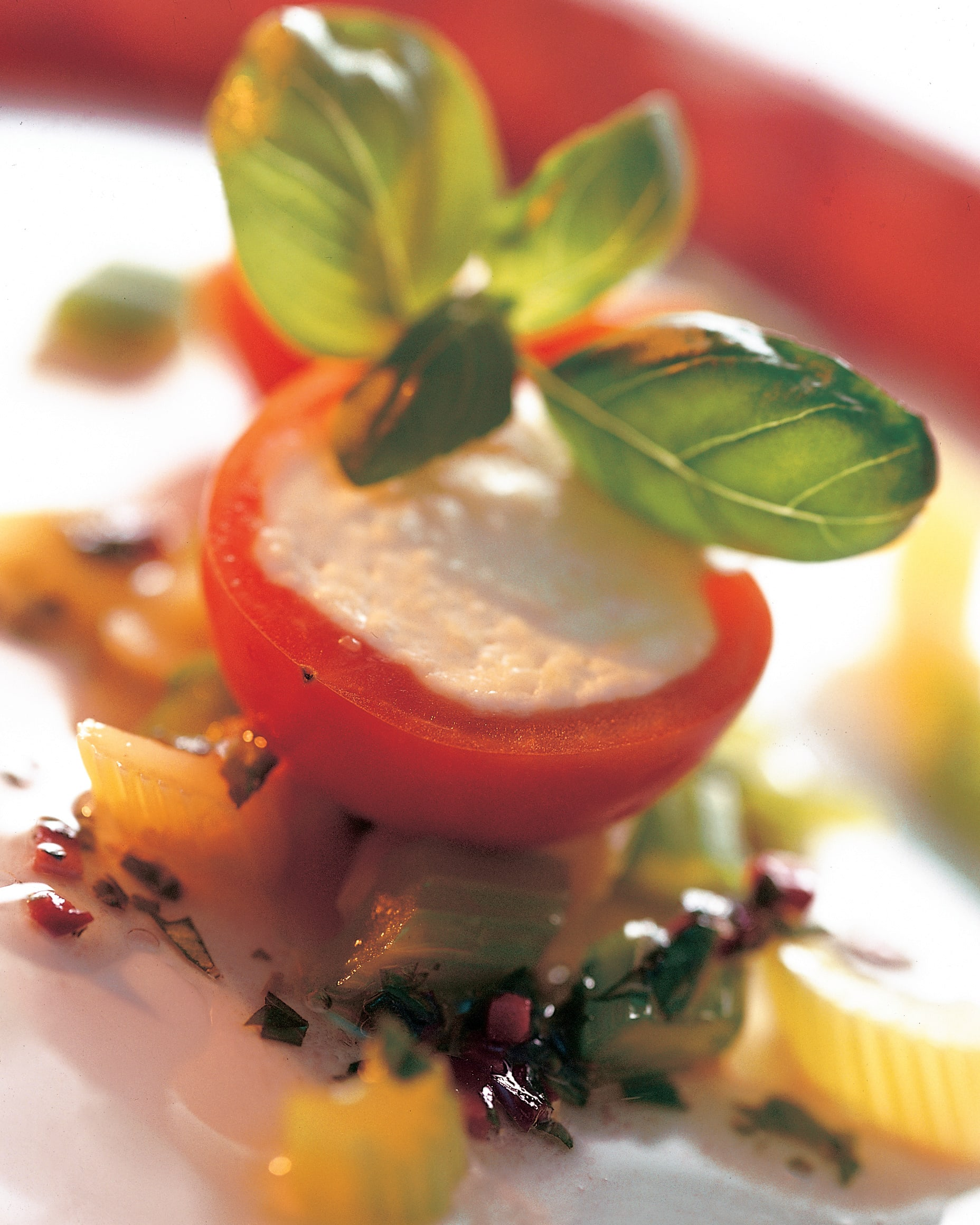 Tomaten mit Sbrinz-Füllung an Basilikum-Vinaigrette