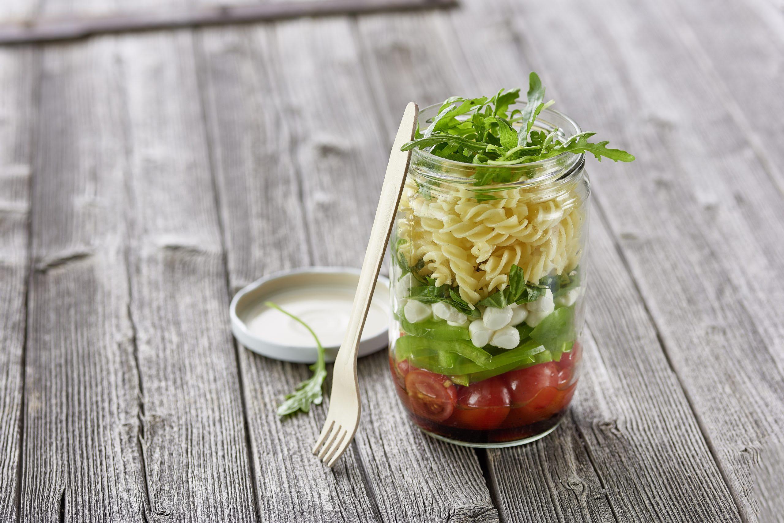 Tomaten-Mozzarella-Pastasalat im Glas