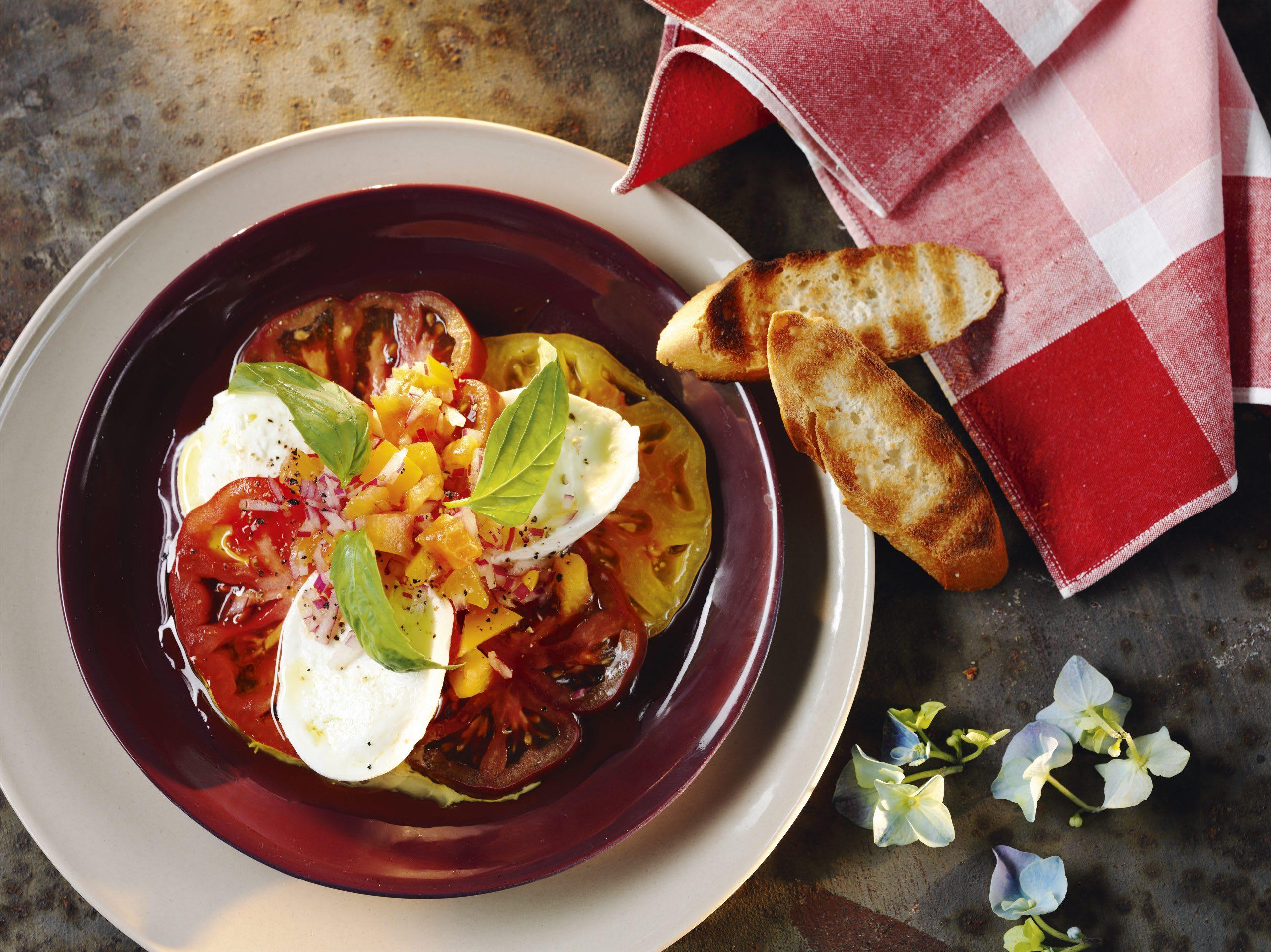 Tomaten-Mozzarella-Salat mit Pfirsich-Dressing