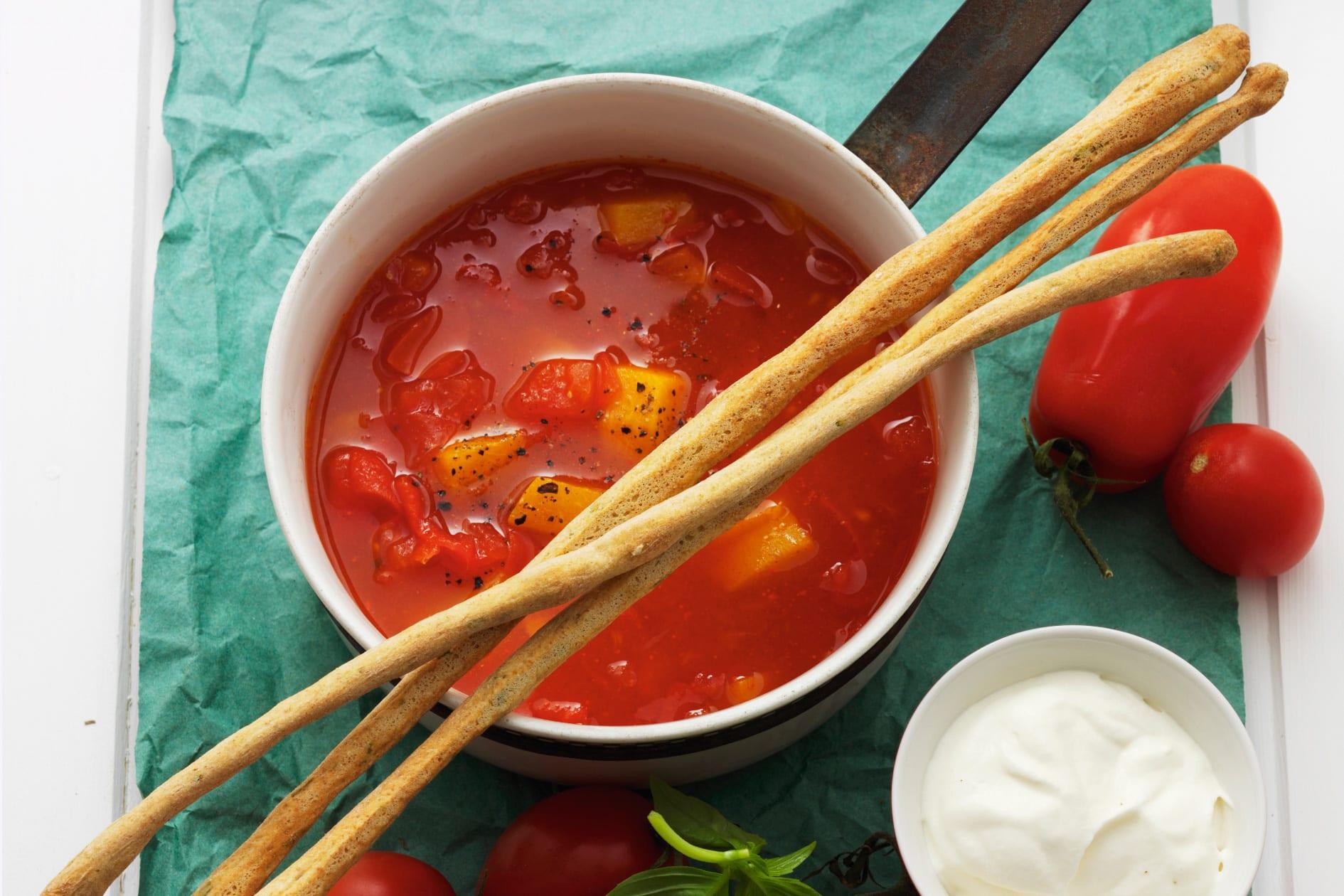 Soupe tomates-pêches et grissini au basilic