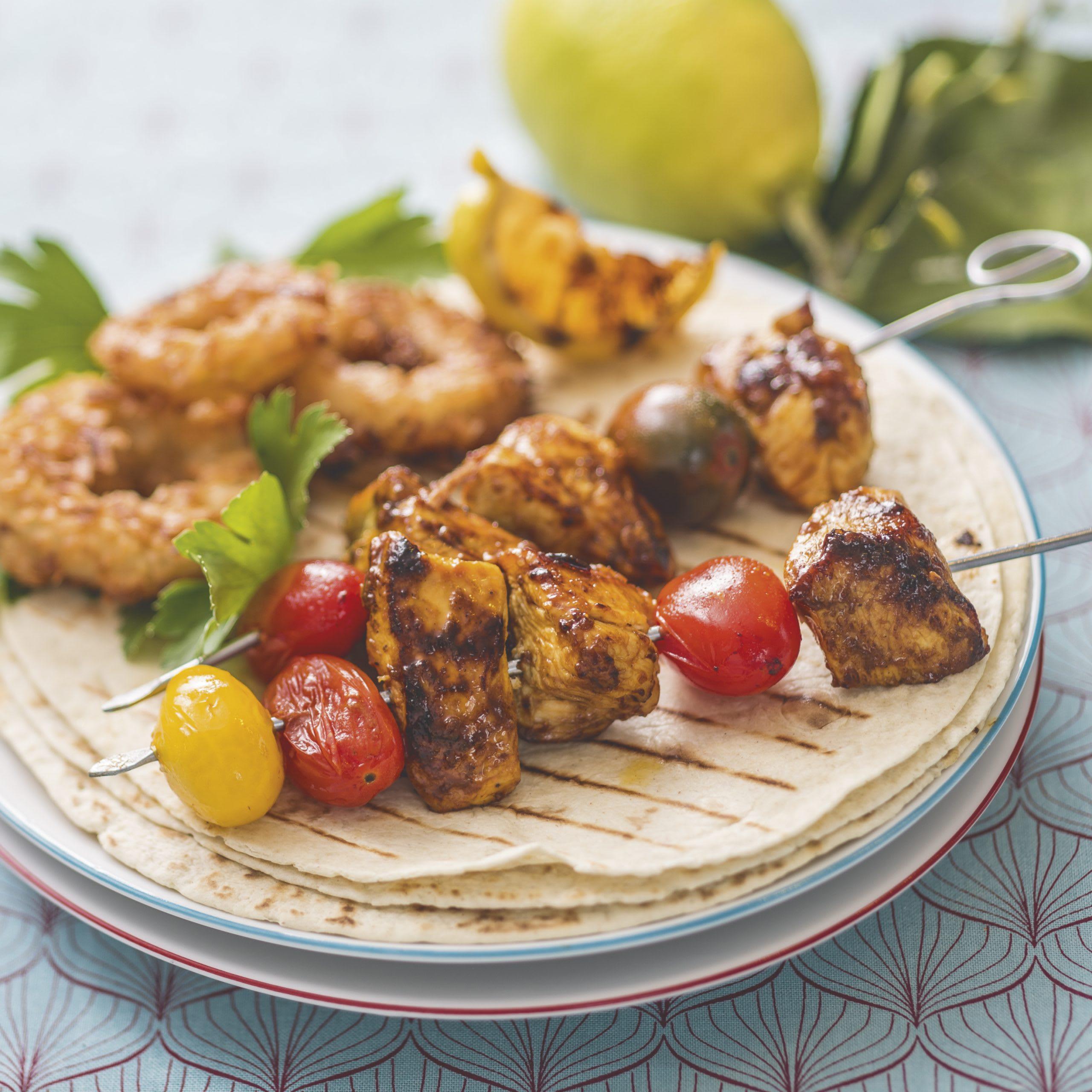 Brochettes de poulet et de tomates au barbecue et beignets oignon-coco