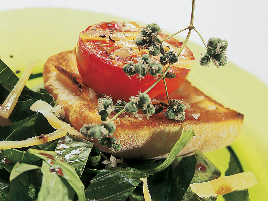 Toasts garnis sur lit de salade