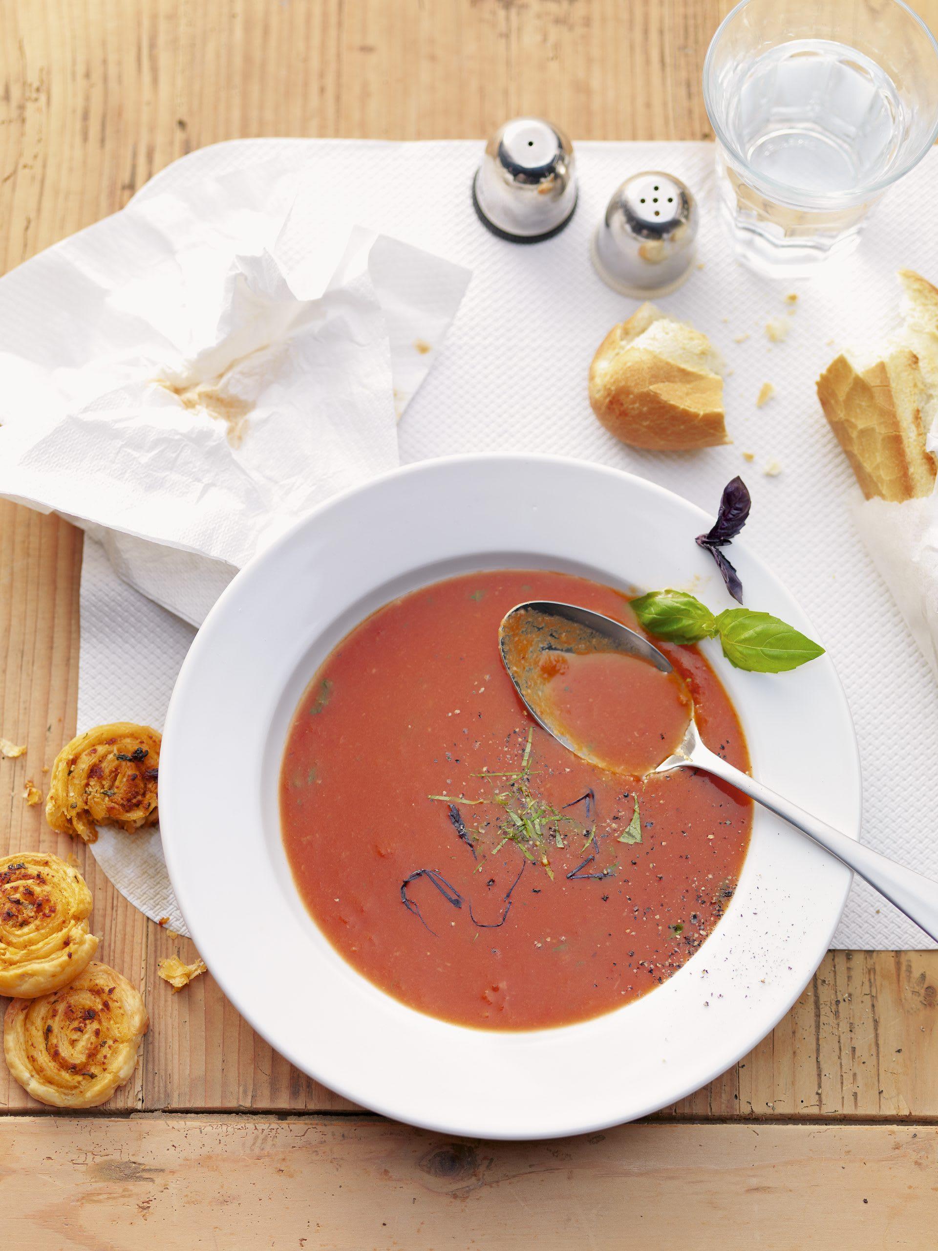 Soupe aux tomates et escargots de pâte feuilletée