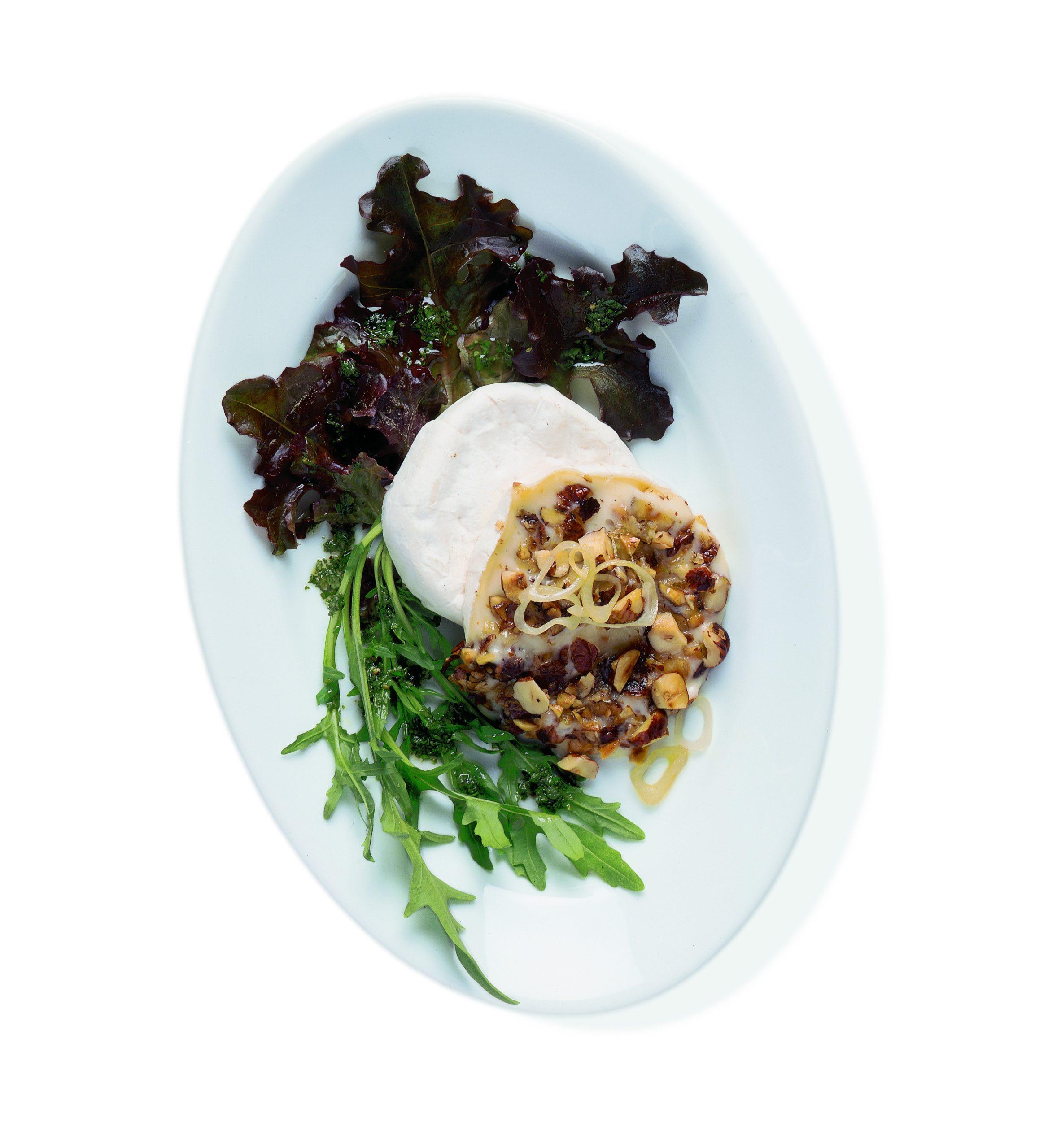 Tomme mit Haselnüssen und Sommersalat an Kräuter-Vinaigrette
