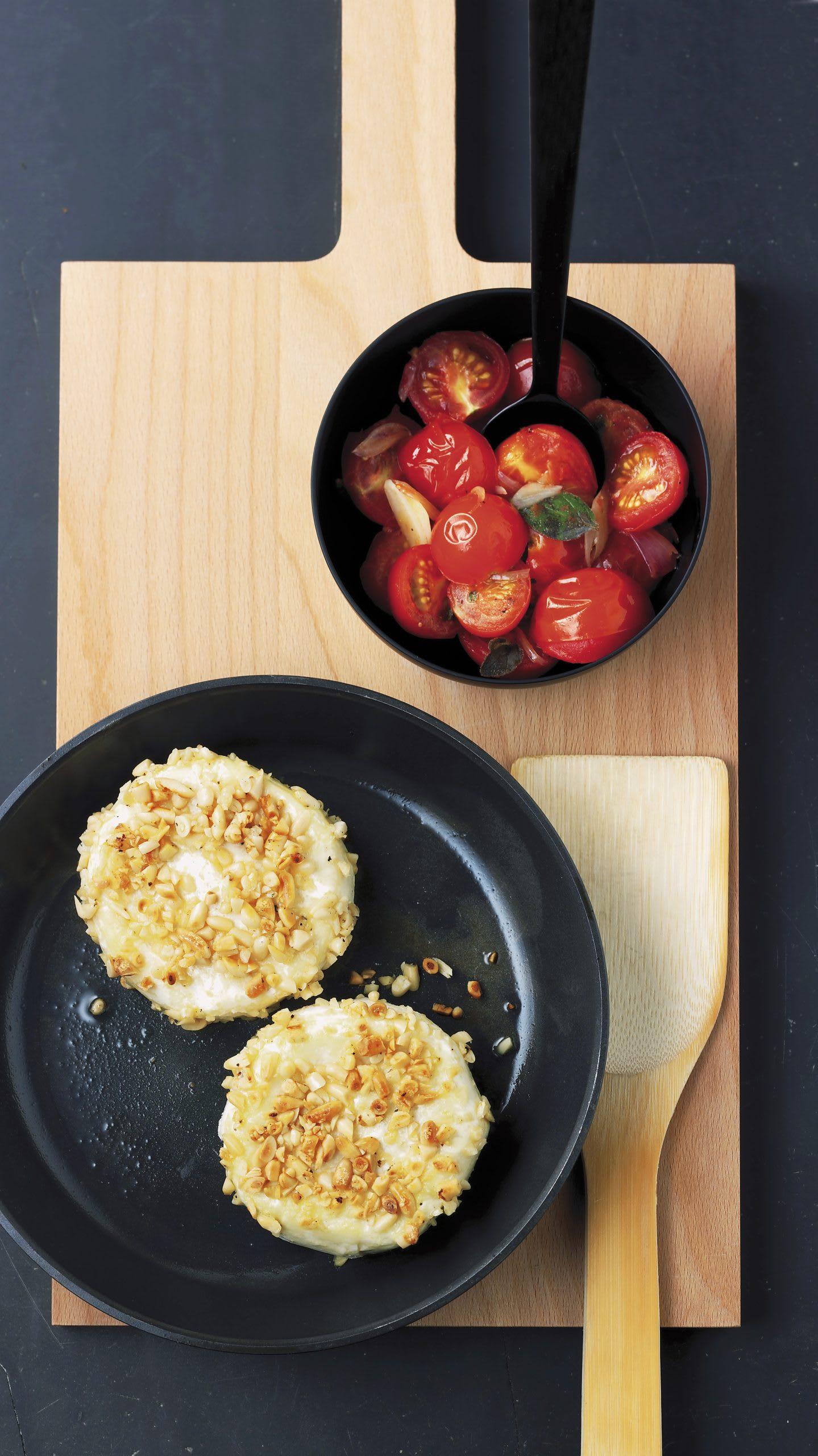Tommes aux pignons et coulis de tomates