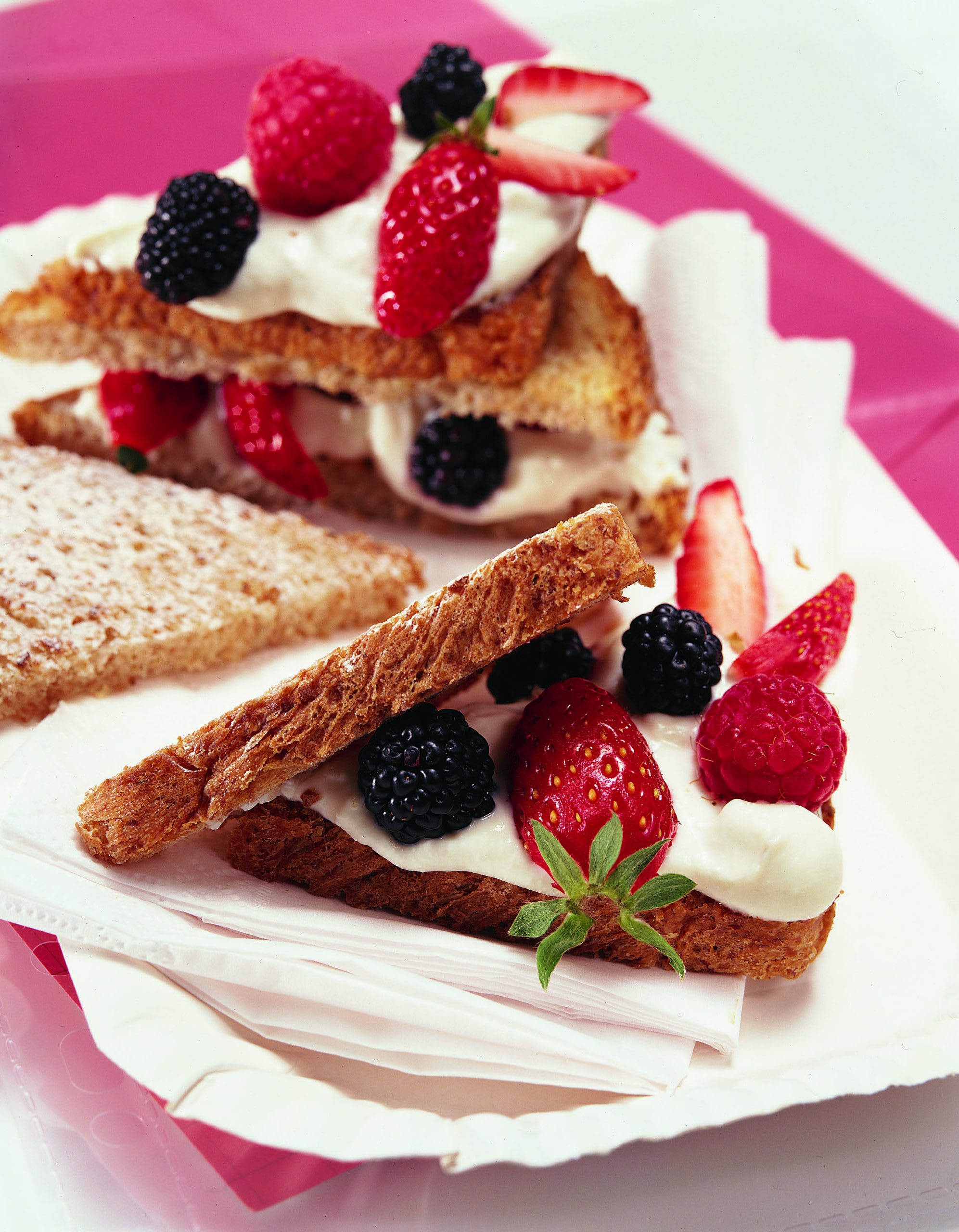 Mini-sandwich ricotta-fruits rouges