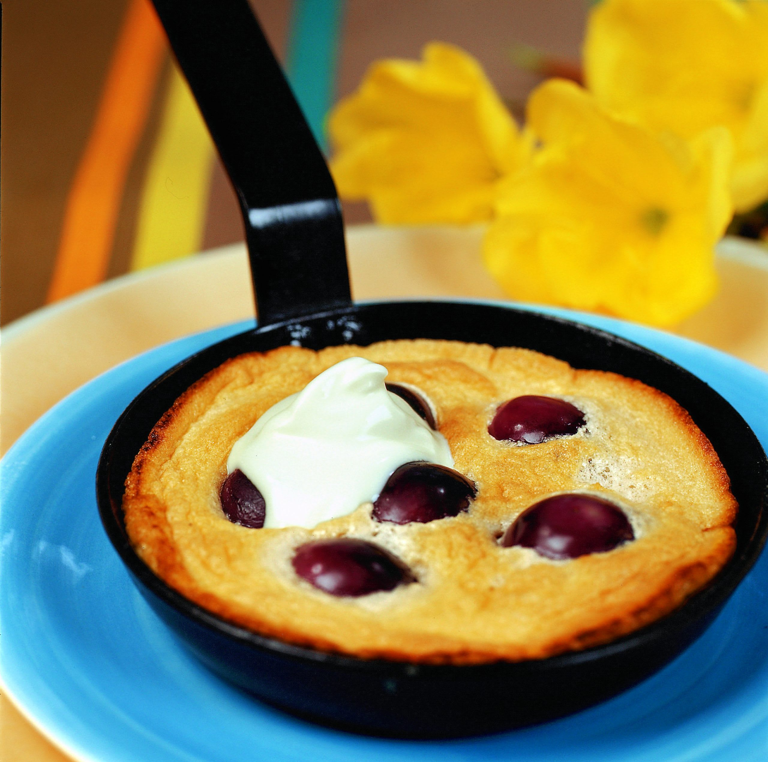 Petits gâteaux aux raisins garnis de crème acidulée