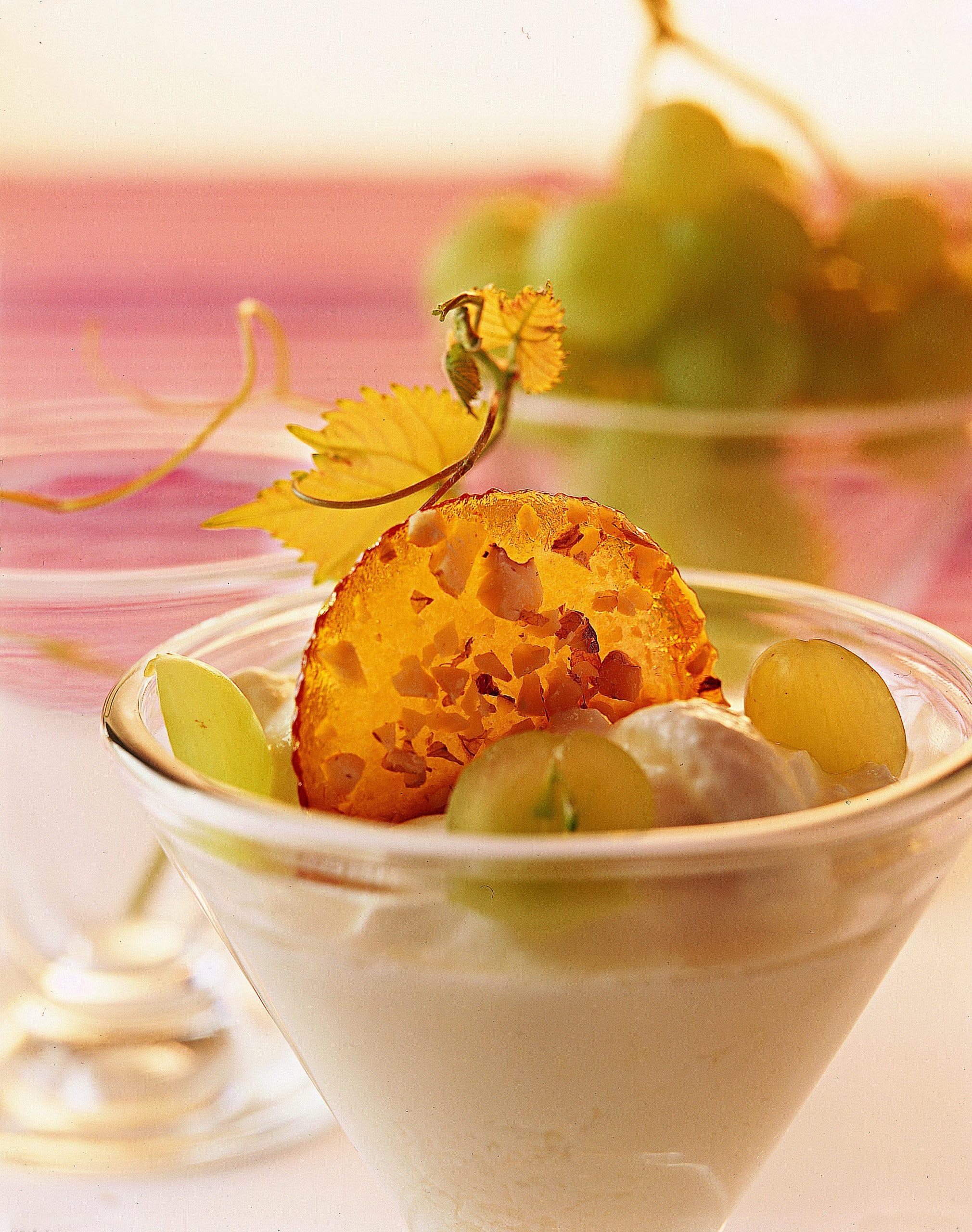 Crème au séré et au raisin et croquants aux noix caramélisées