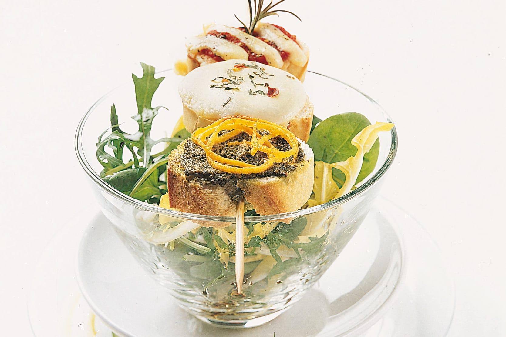 Überbackene Parisette-Spiessli mit Salat