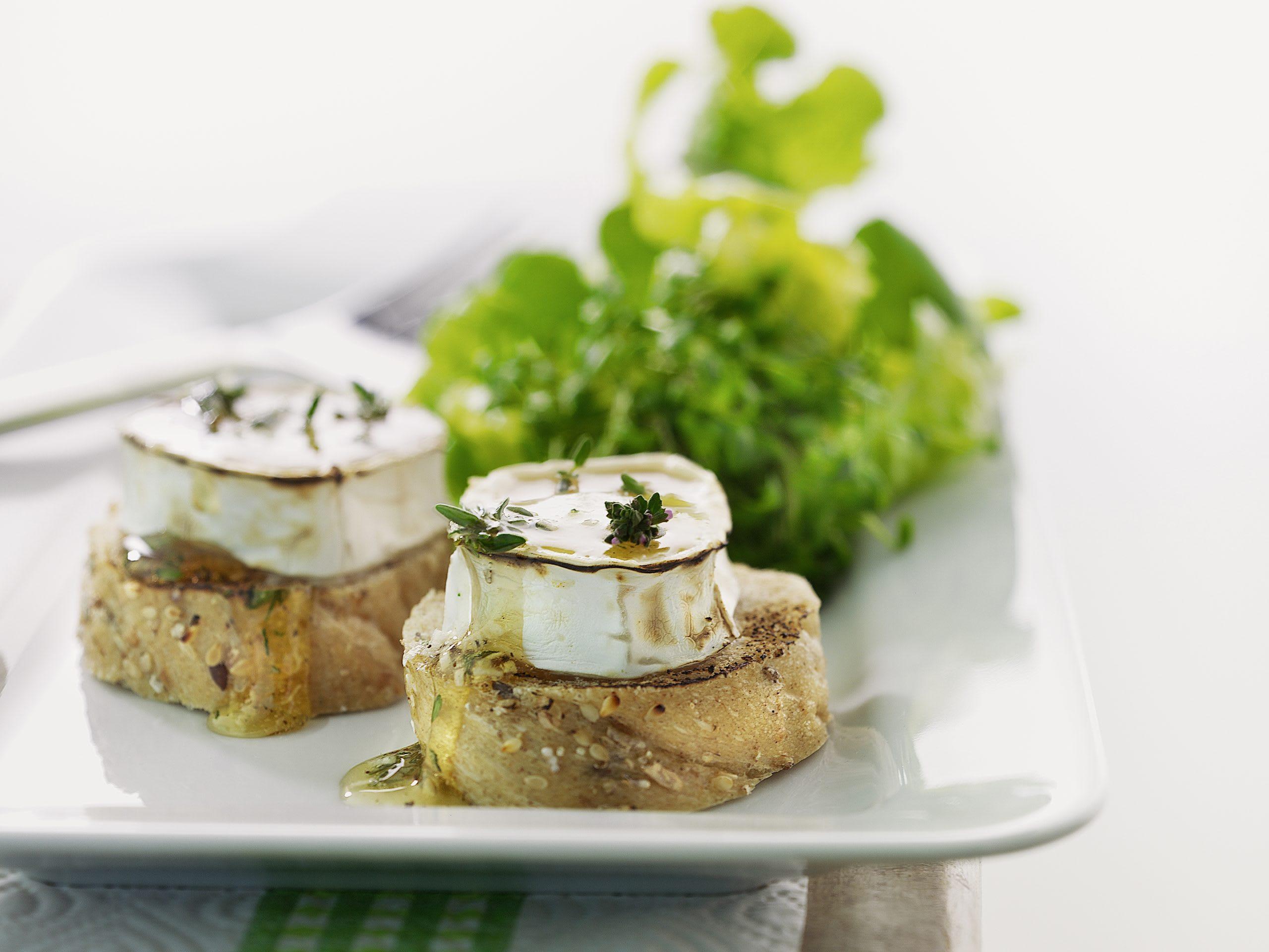 Überbackener Weichkäse mit Salat