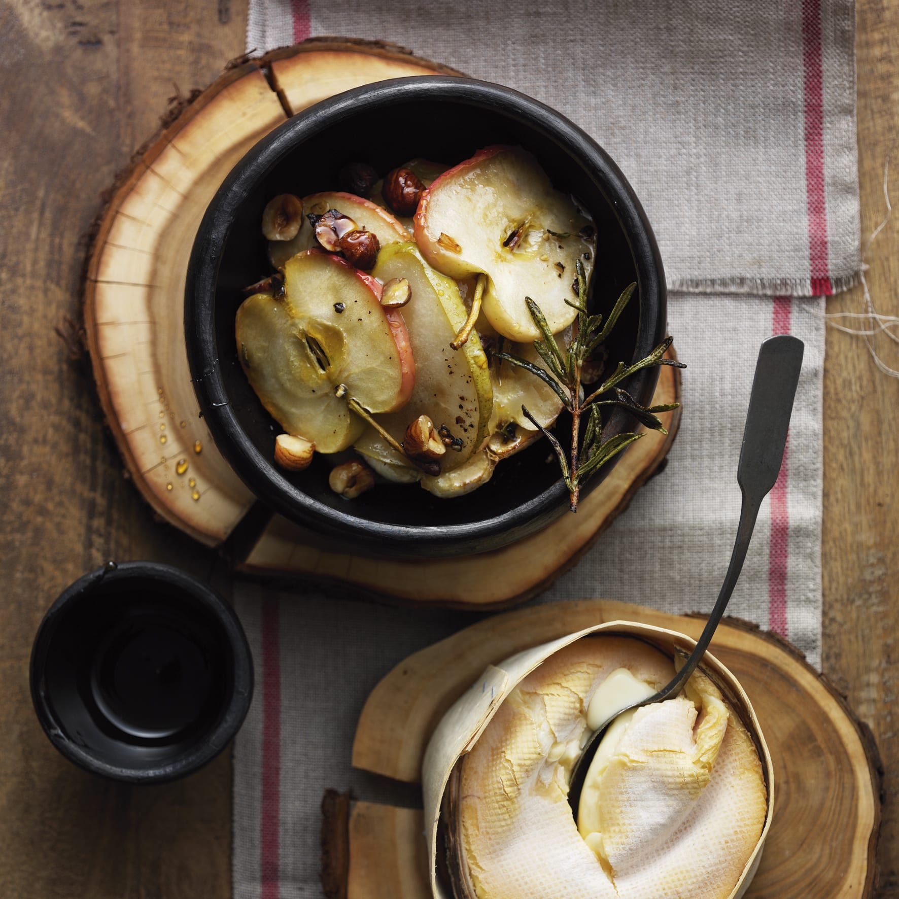 Vacherin Mont-d'Or, fruits rôtis et miel de forêt