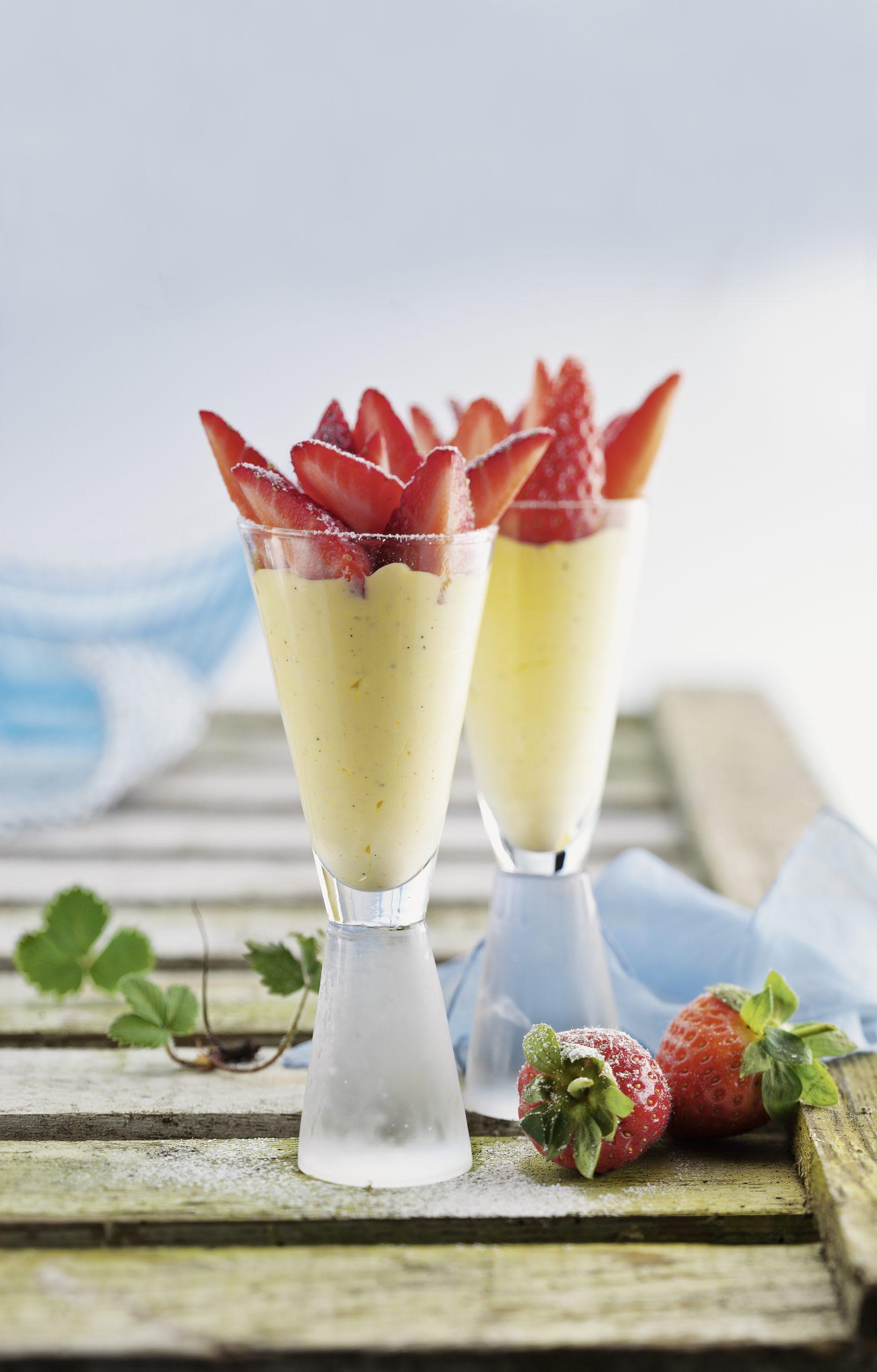 Vanille-Safran-Parfait mit Erdbeeren