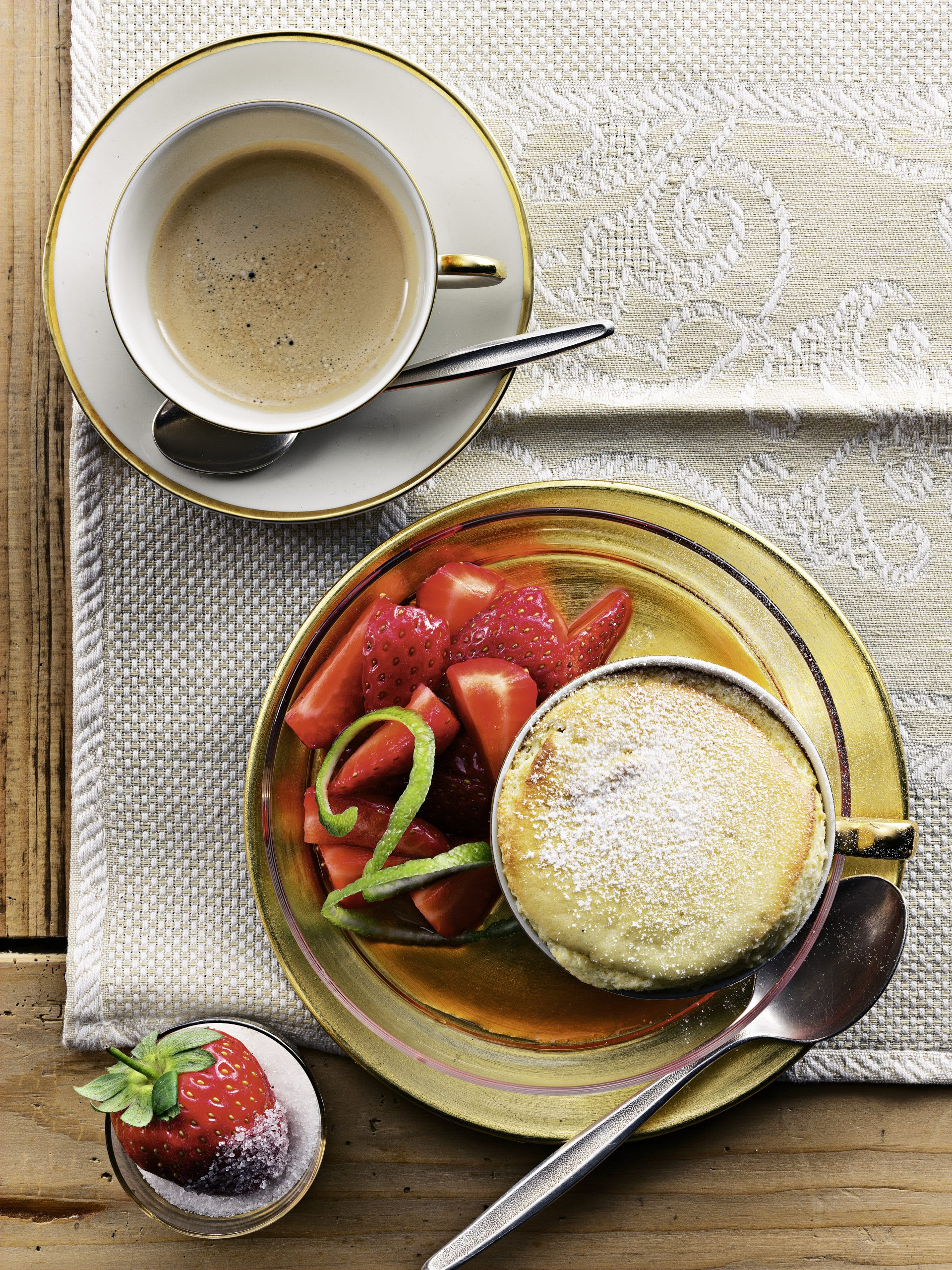 Vanille-Soufflé mit frischen Erdbeeren