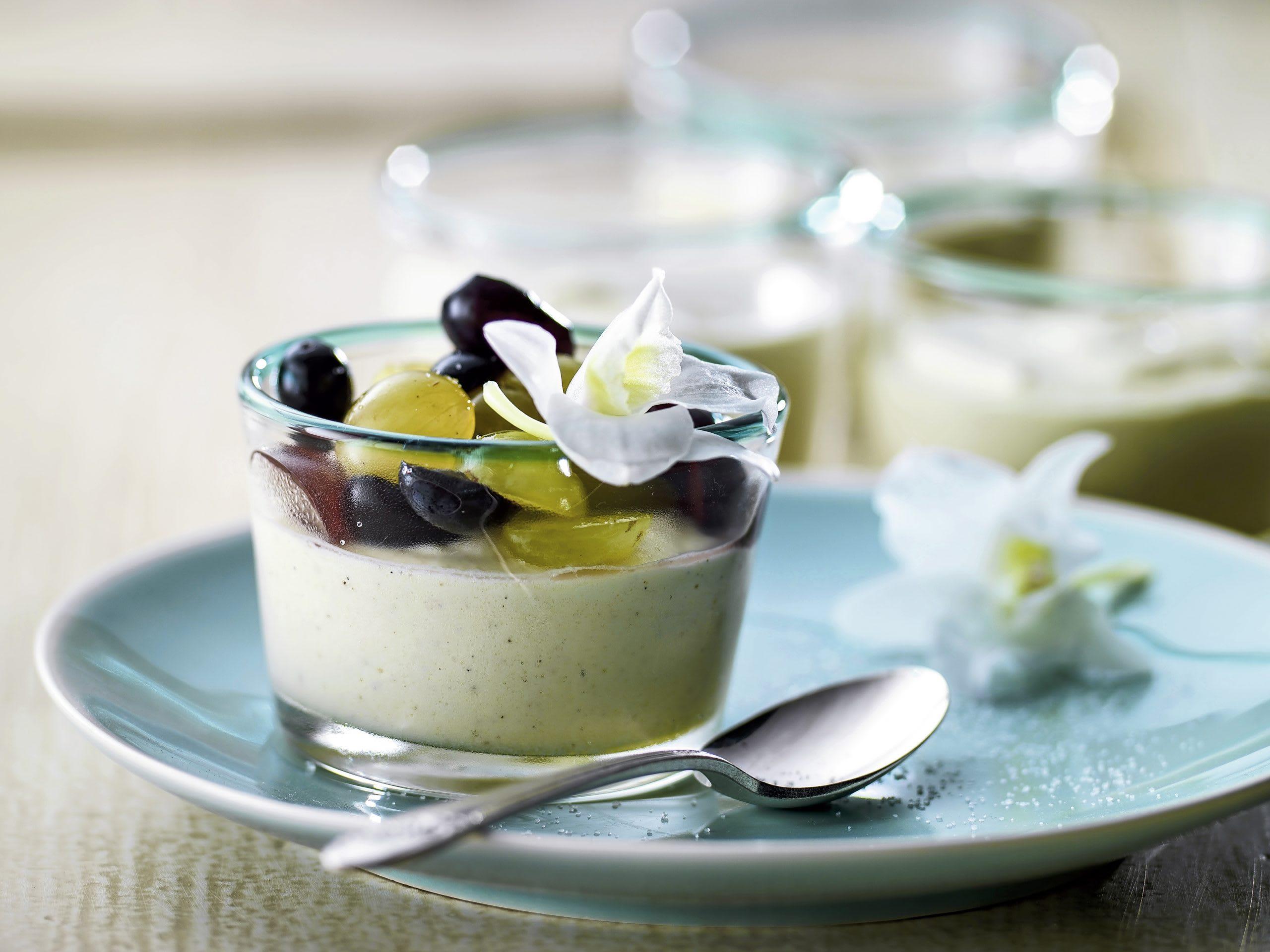 Mousse à la vanille et raisins marinés