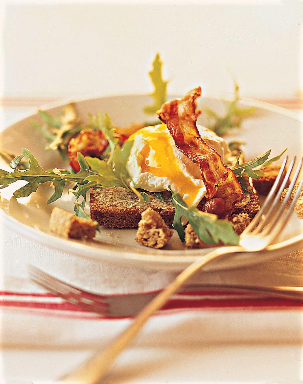 Oeufs pochés au lard sur salade et toast