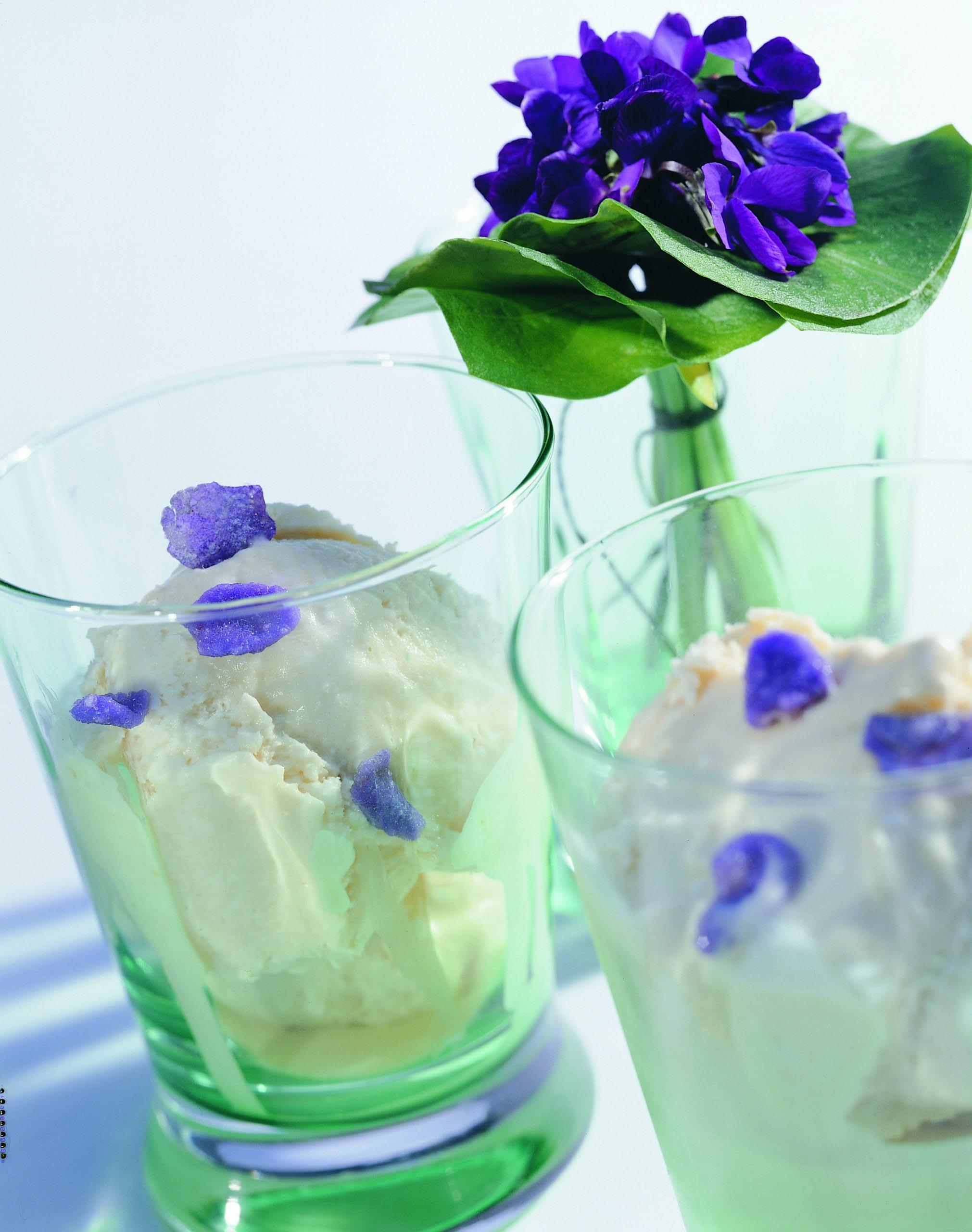 Glace à l'aspérule avec violettes au sucre