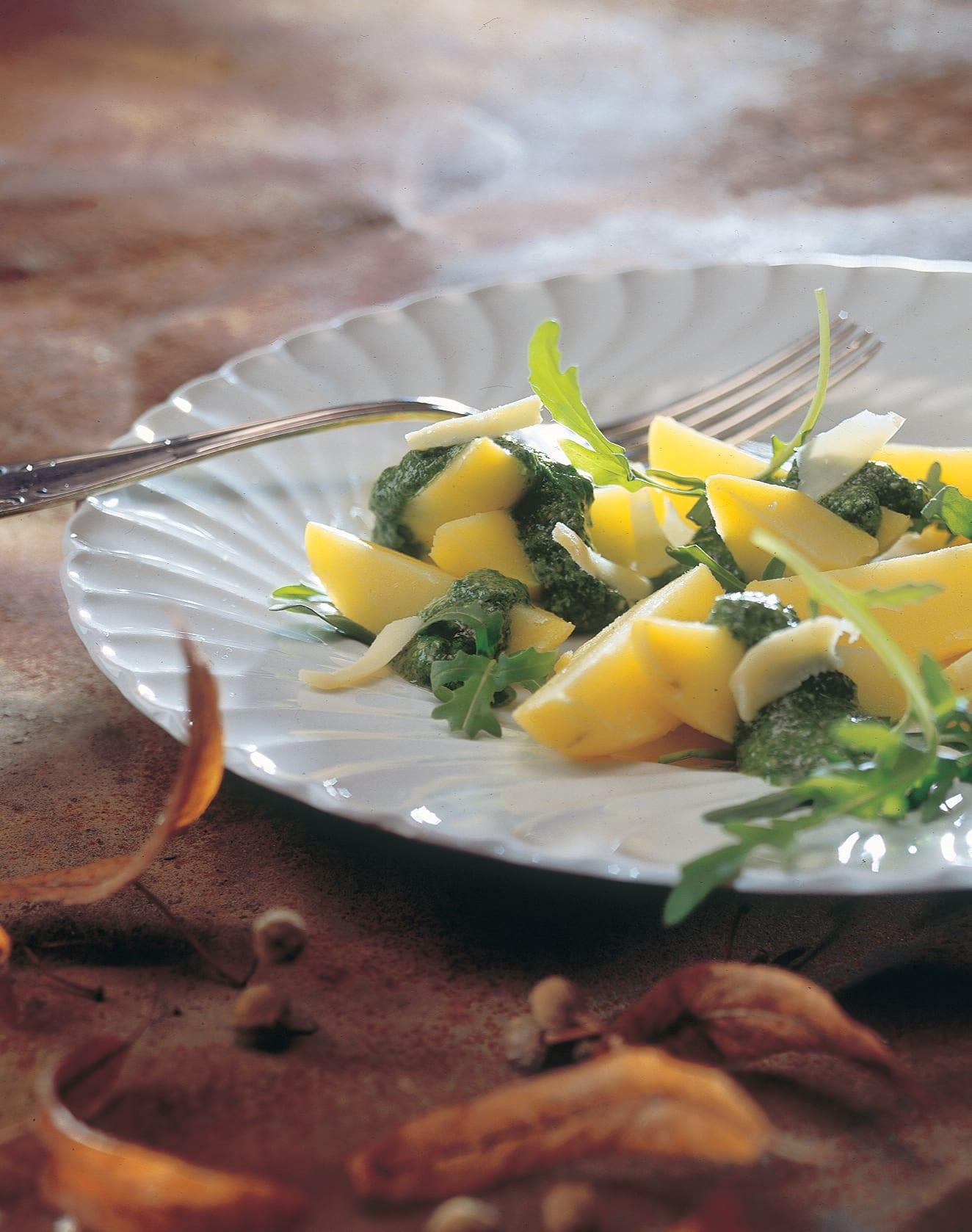 Warmer Kartoffelsalat mit grünem Dressing