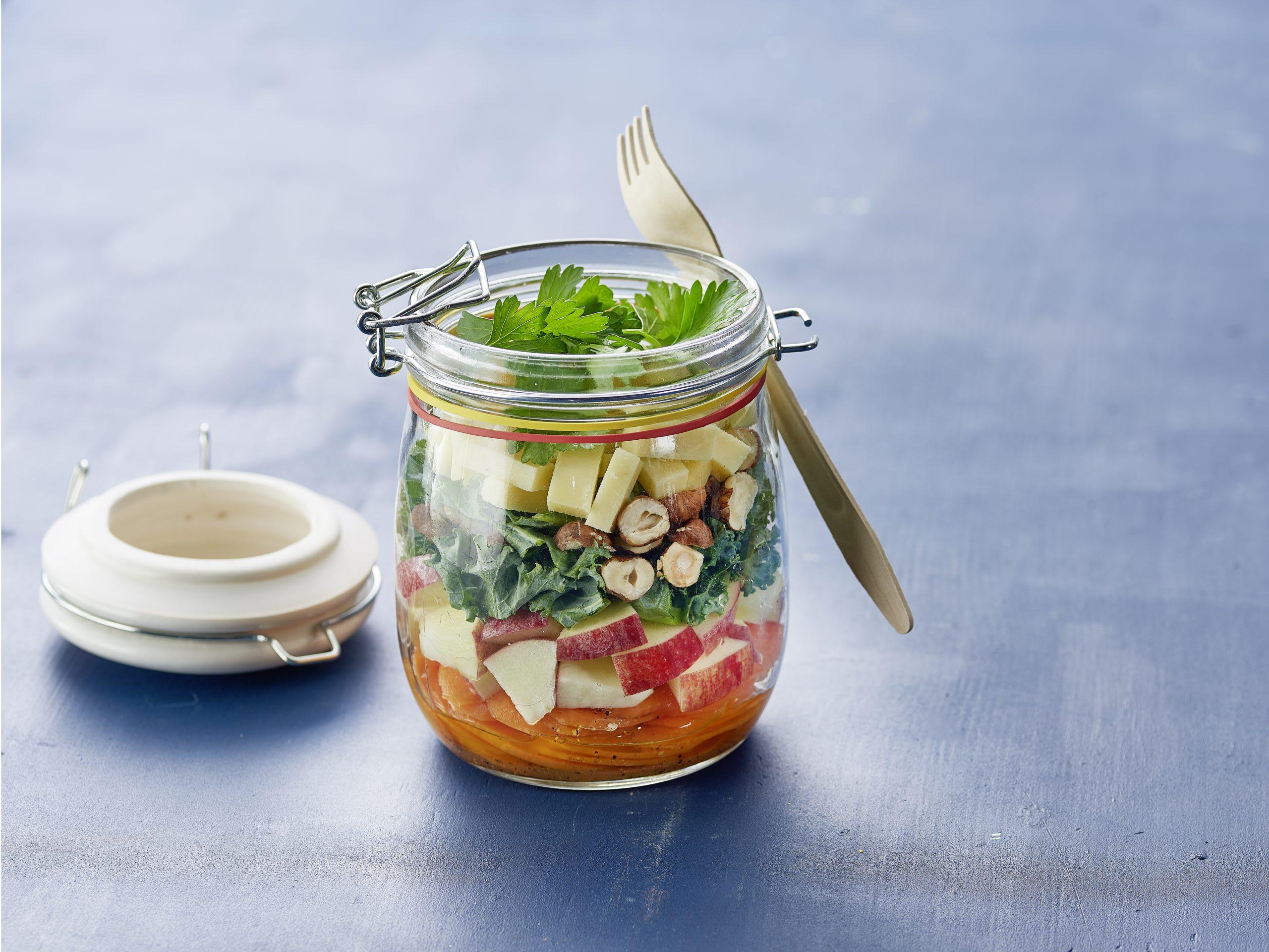 Salade d'hiver au fromage et sauce au miel à emporter