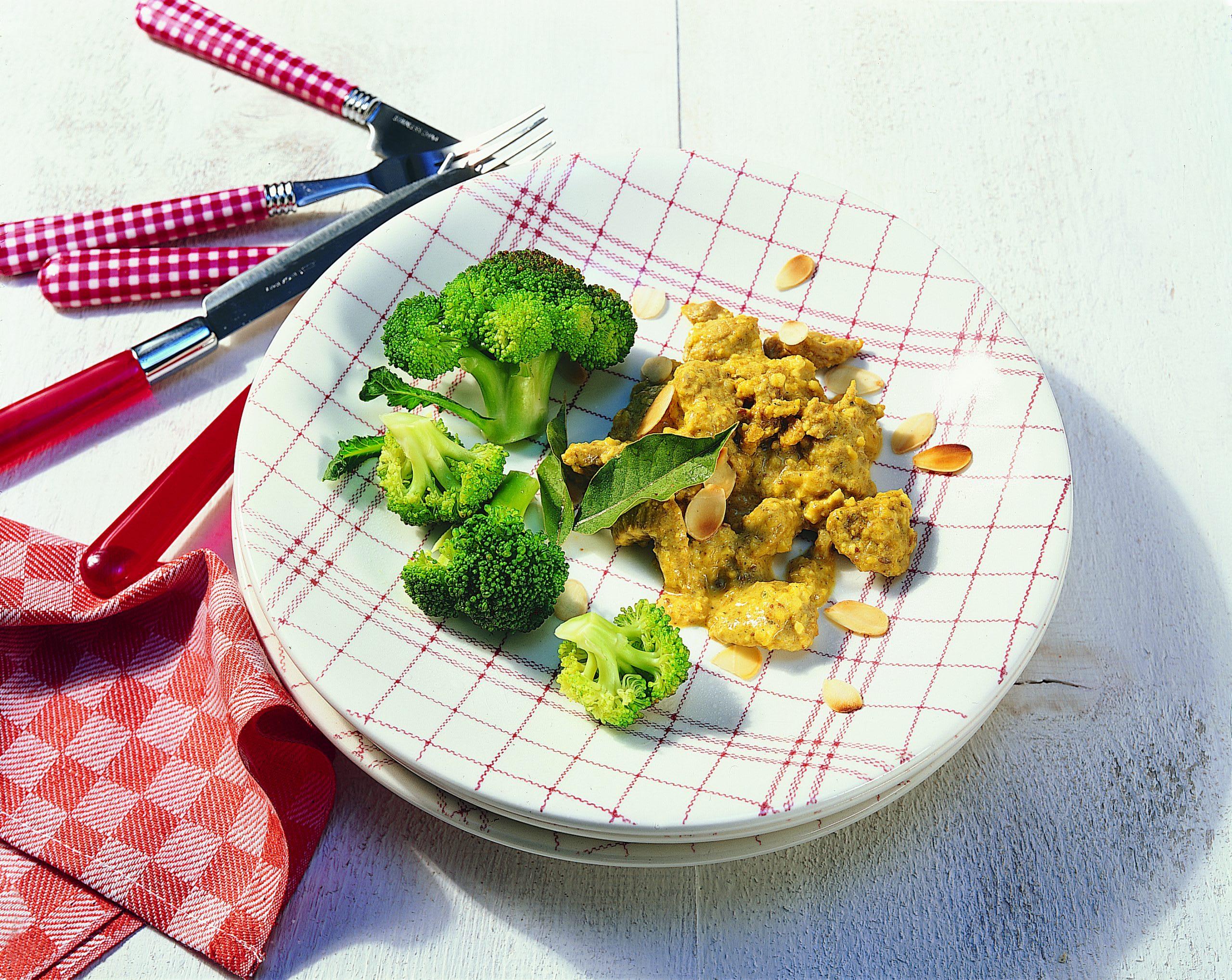 Würziges Kalbsgeschnetzeltes an Mandel-Joghurt-Sauce mit gedämpftem Broccoli