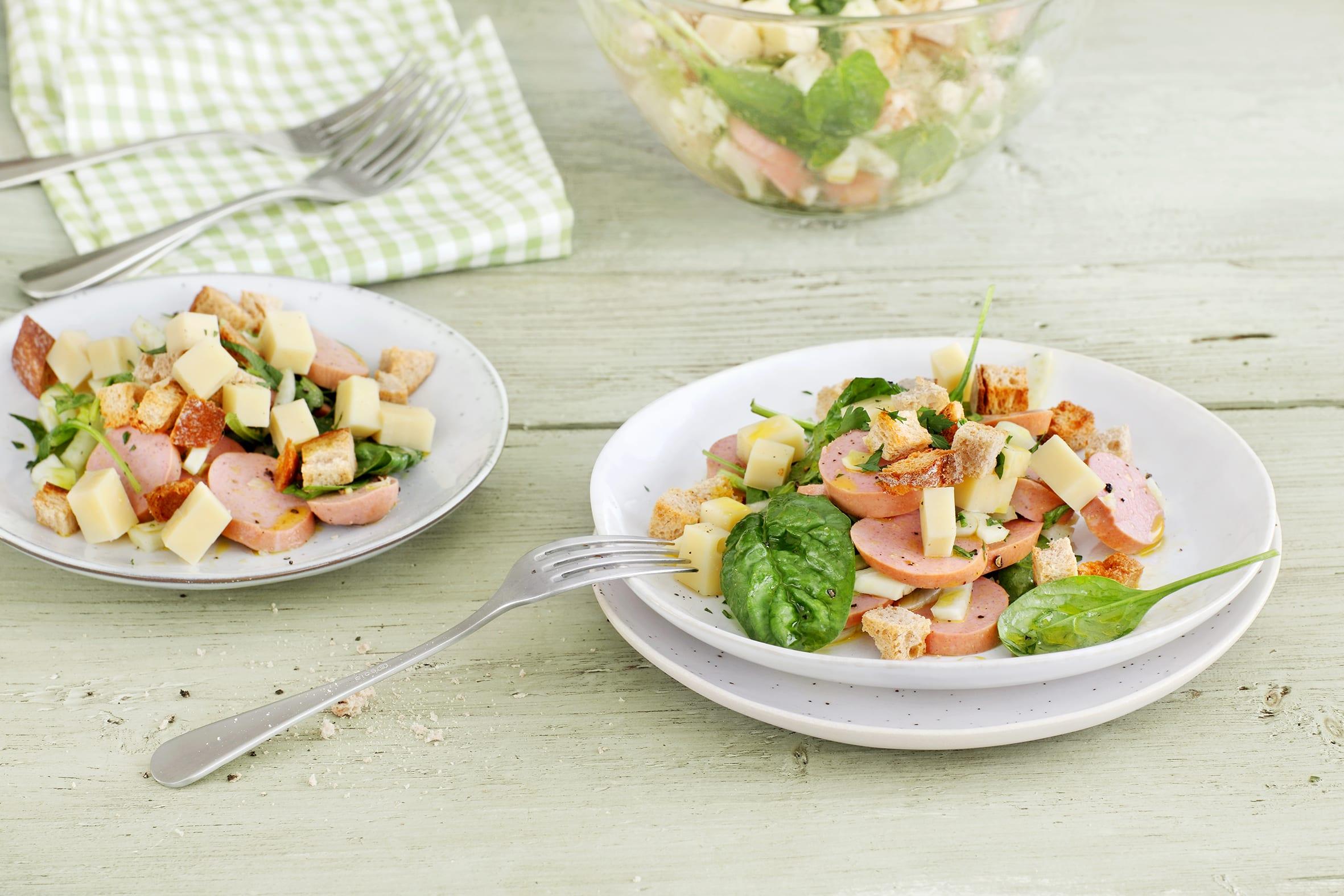Salade de cervelas, fromage, légumes et croûtons