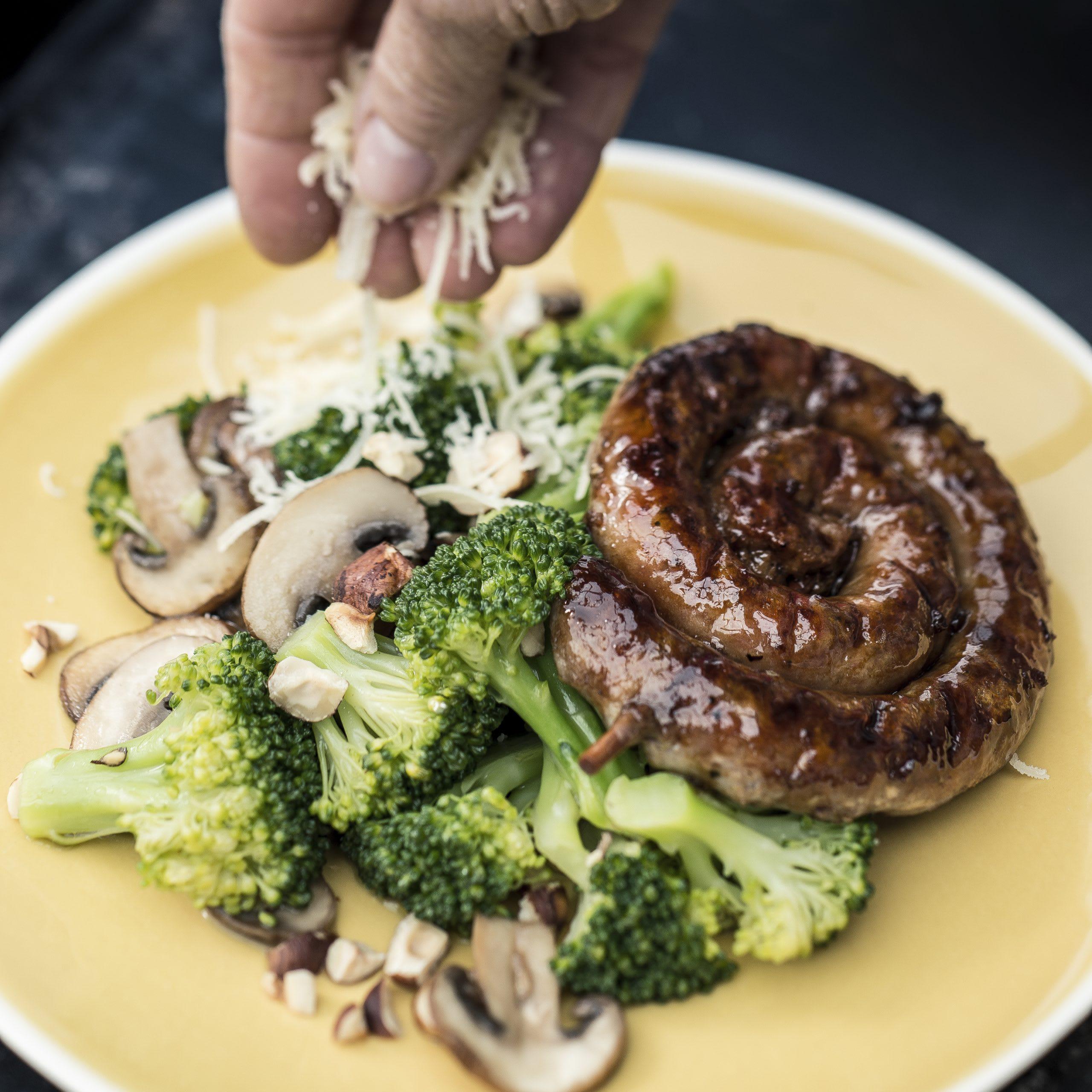 Escargot de saucisse aux brocolis et aux noisettes