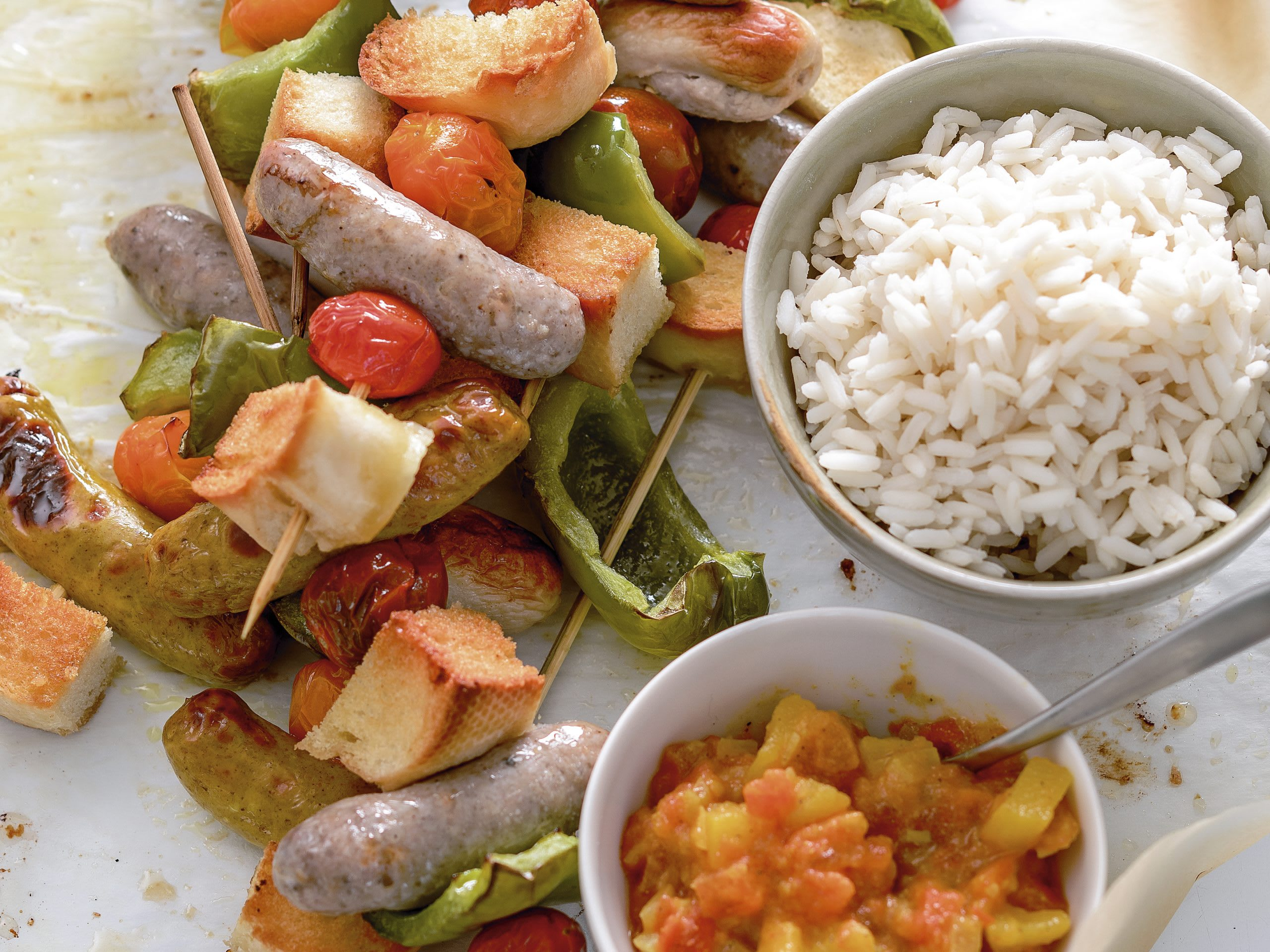 Brochettes de saucisses et dip tomates-curry