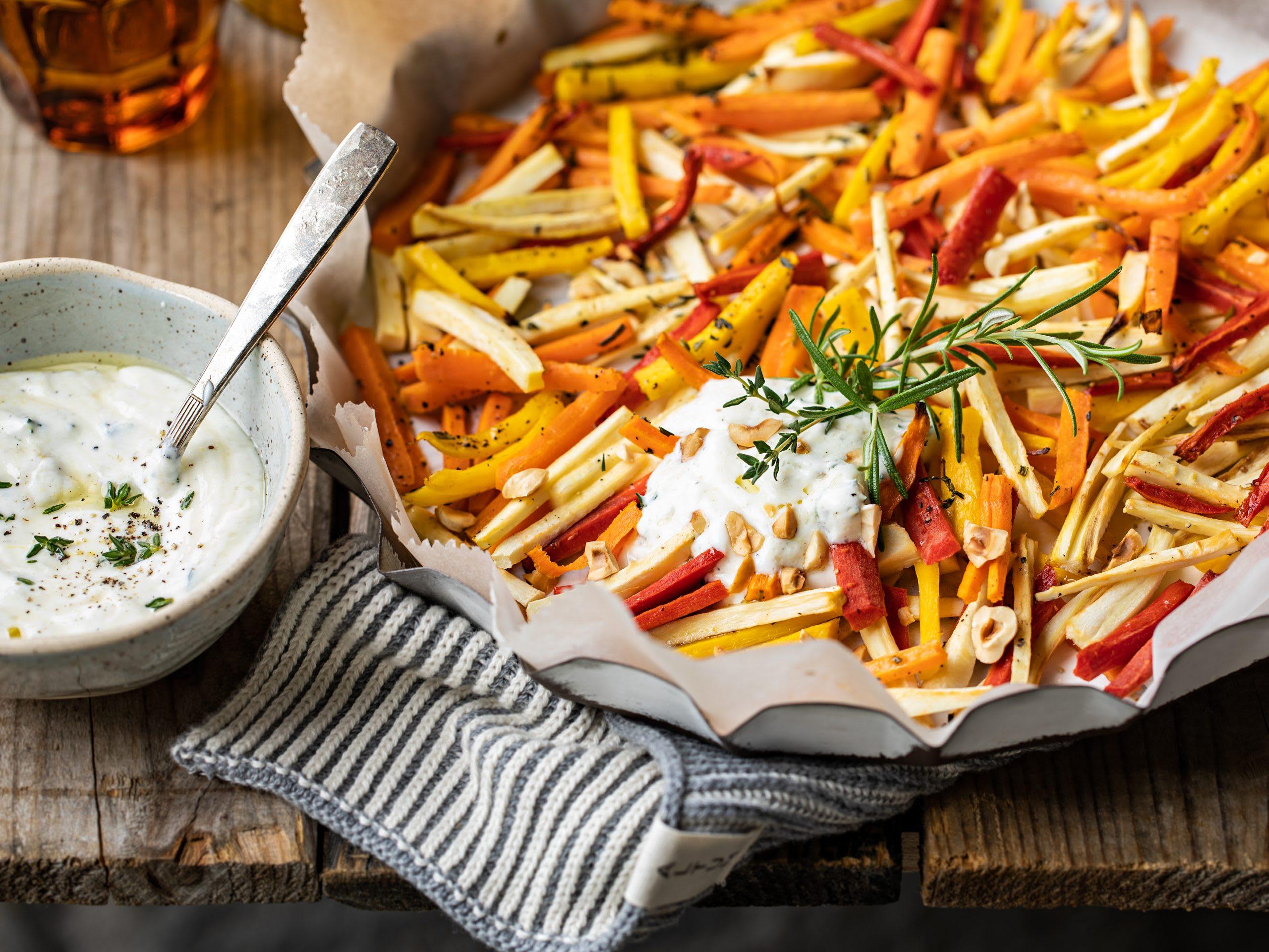 Légumes racines au four et sauce au yogourt