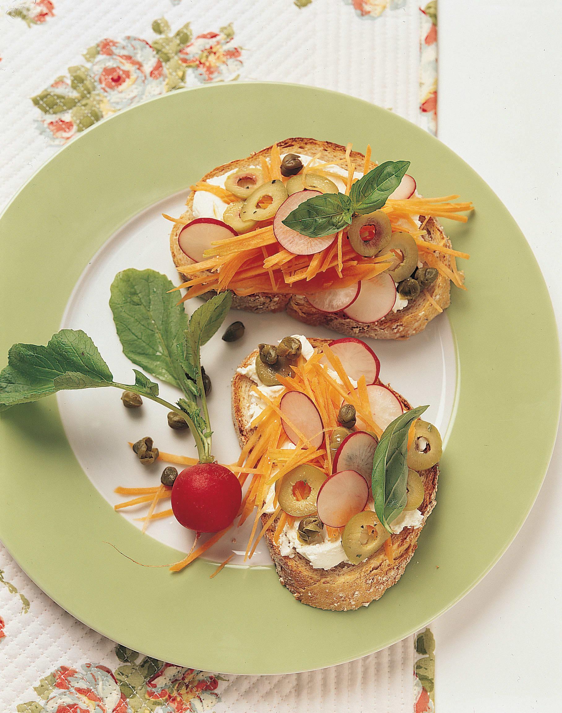 Crostini au fromage frais, aux câpres et aux olives