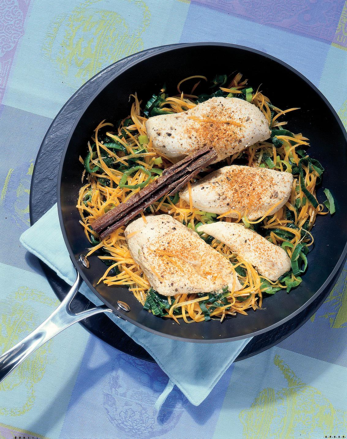 Poulet à la cannelle sur lit de poireau et de carotte
